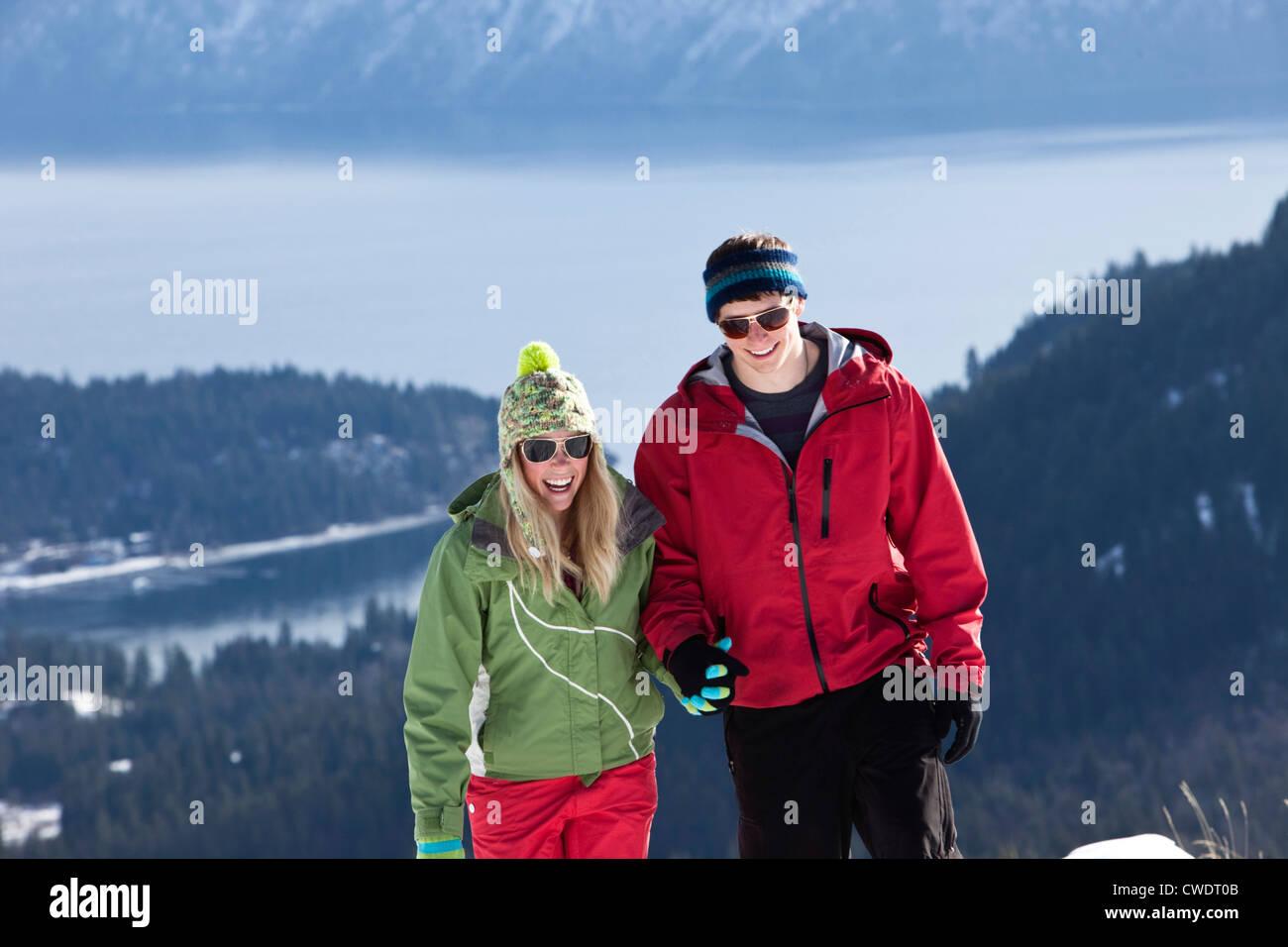Deux jeunes adultes sourire alors que la raquette sur une belle journée d'hiver de l'Idaho. Photo Stock