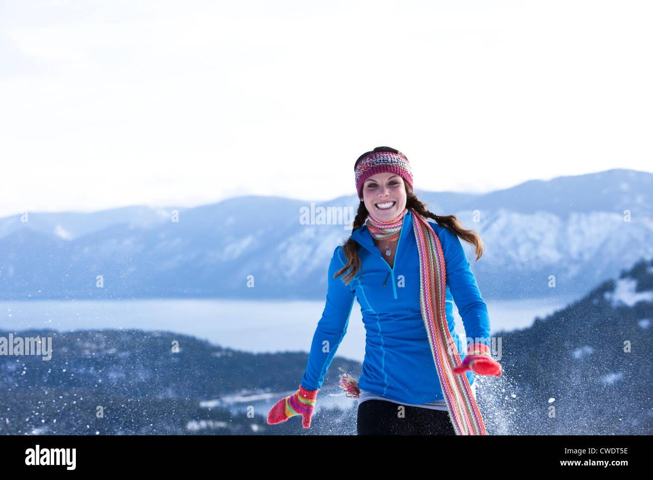 Une jeune femme athlétique rires alors que la raquette dans l'Idaho. Photo Stock