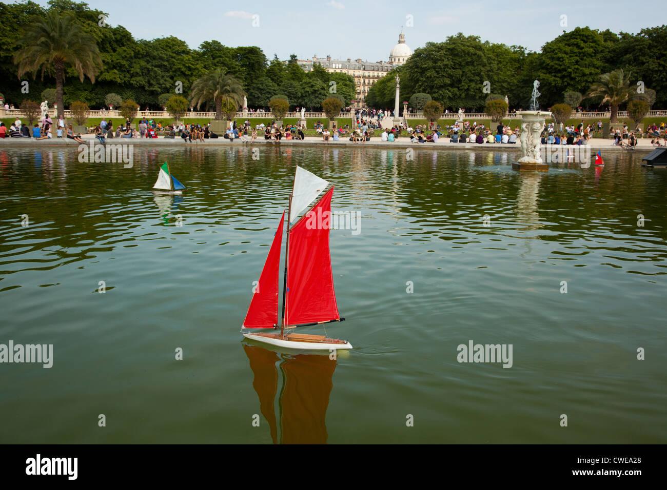 Bateau Telecommande De Navigation Sur Le Lac Dans Le Jardin Du