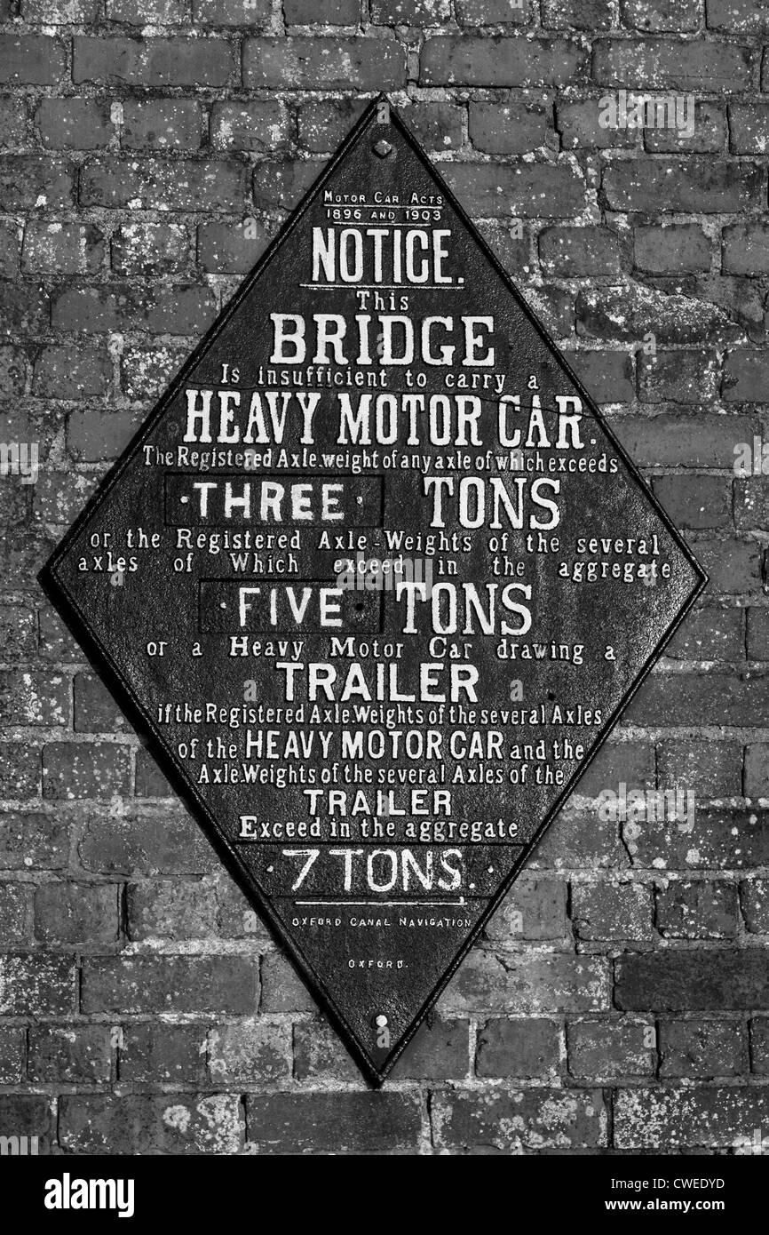 Vieille fonte signe de restriction de poids à partir de pont-canal, Foxton Locks, Market Harborough, Leicestershire, Photo Stock