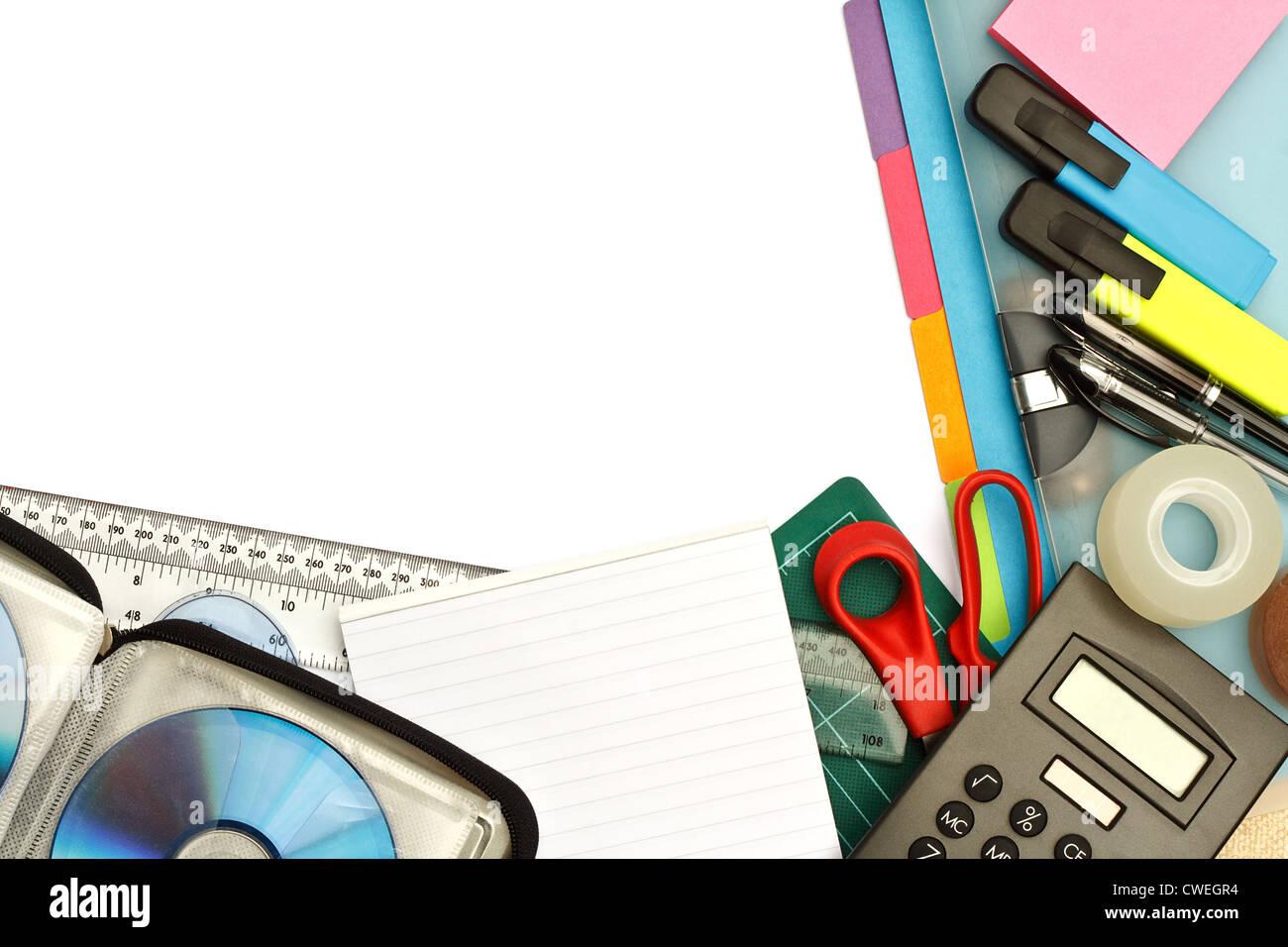 Des étudiants de l'université ou de papeterie Fournitures de bureau modernes disposés sur un Photo Stock