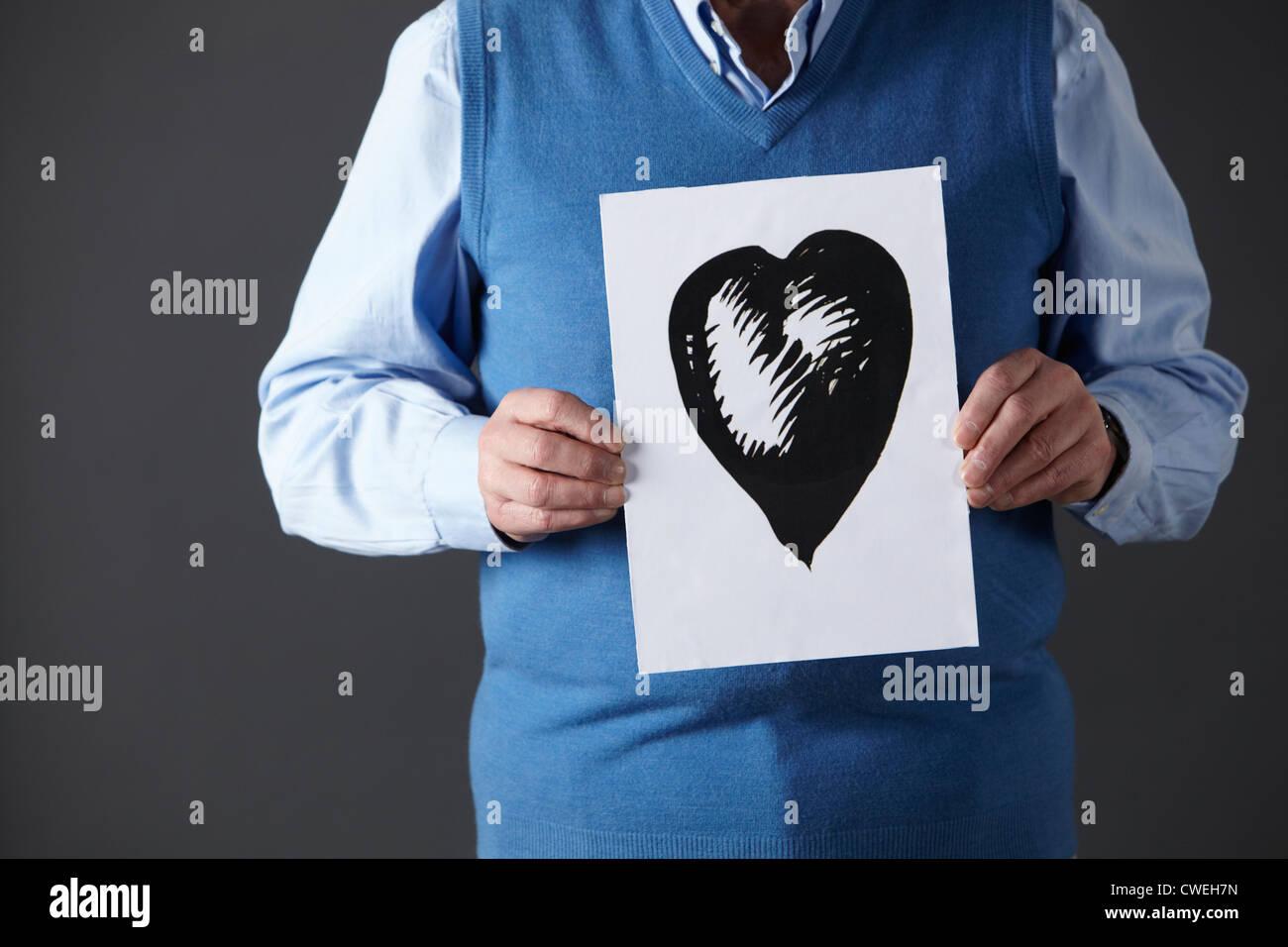 Senior man holding dessin à l'encre du coeur Photo Stock