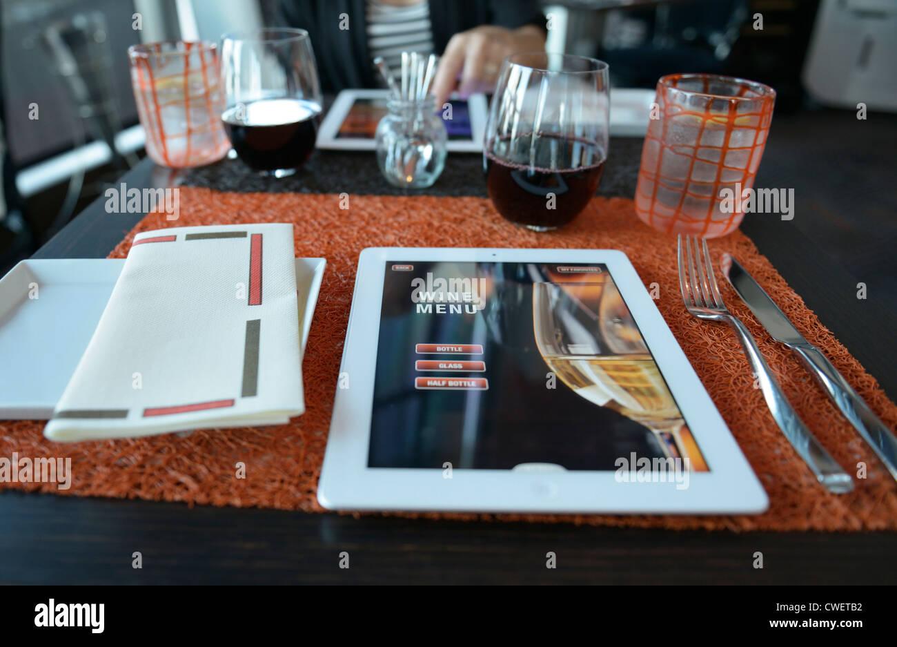 Un menu de restaurant sur ipad. La page sélectionnée est la page d'accueil pour les vins. Photo Stock