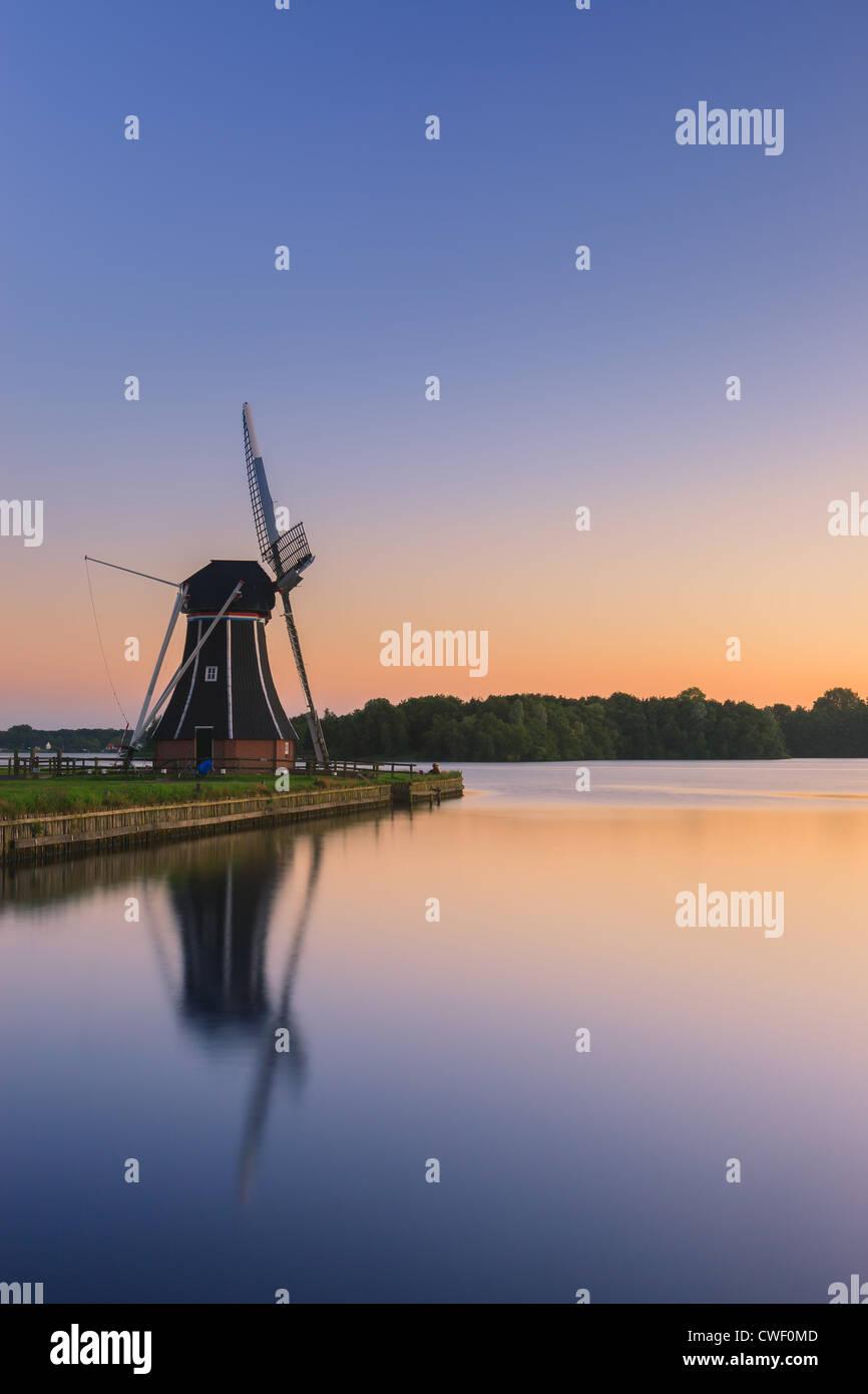 Moulin De Helper à Paterswoldsemeer juste après le coucher du soleil, près de Haren dans la province de Groningue, Banque D'Images