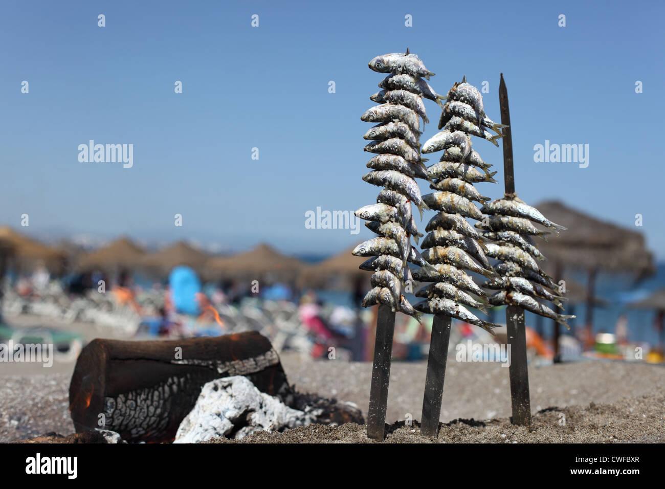 Sardines sur le grill de fruits de mer dans un restaurant de plage. Costa del Sol, Andalousie Espagne Photo Stock