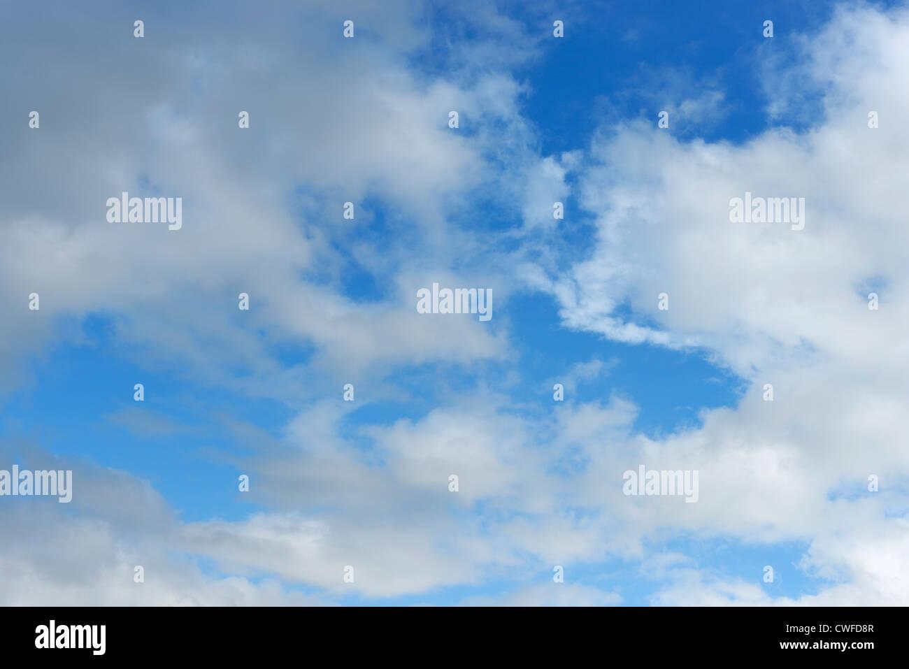 Ciel bleu et nuages blancs Banque D'Images