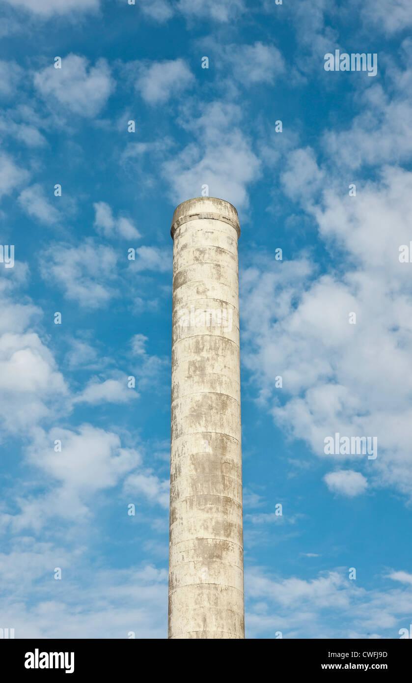 Ancienne cheminée d'usine n'est plus la pollution de l'air de fumée, contre un ciel d'été Photo Stock