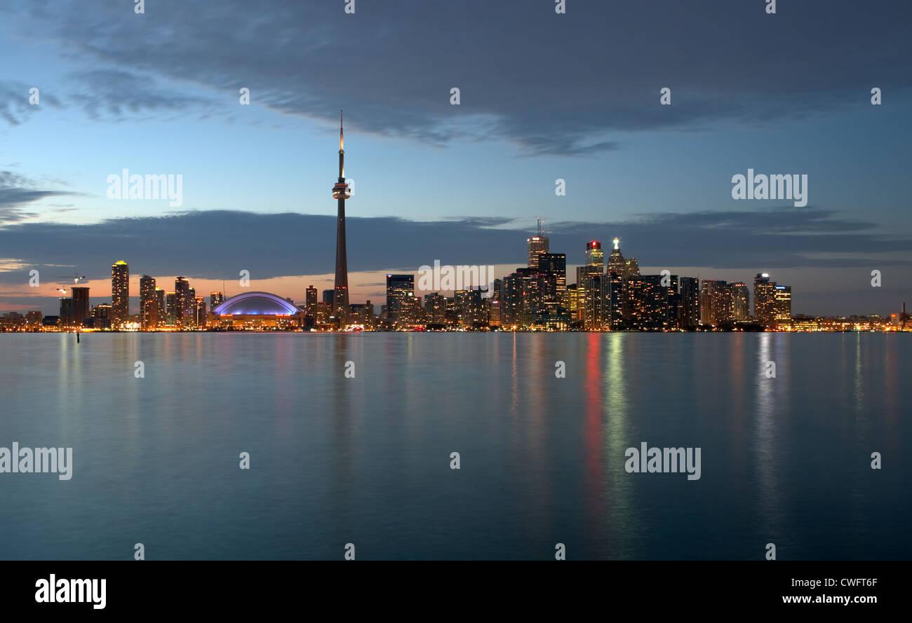 Toronto - vue sur le lac Ontario sur l'horizon de la nuit Banque D'Images