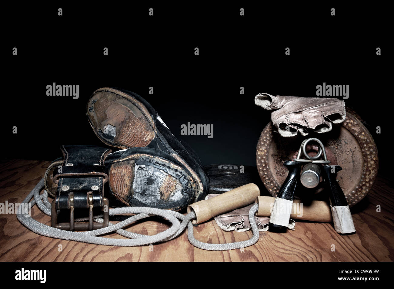 Un ensemble d'utilisé, descendre l'équipement d'exercice, y compris les poignées, une Photo Stock