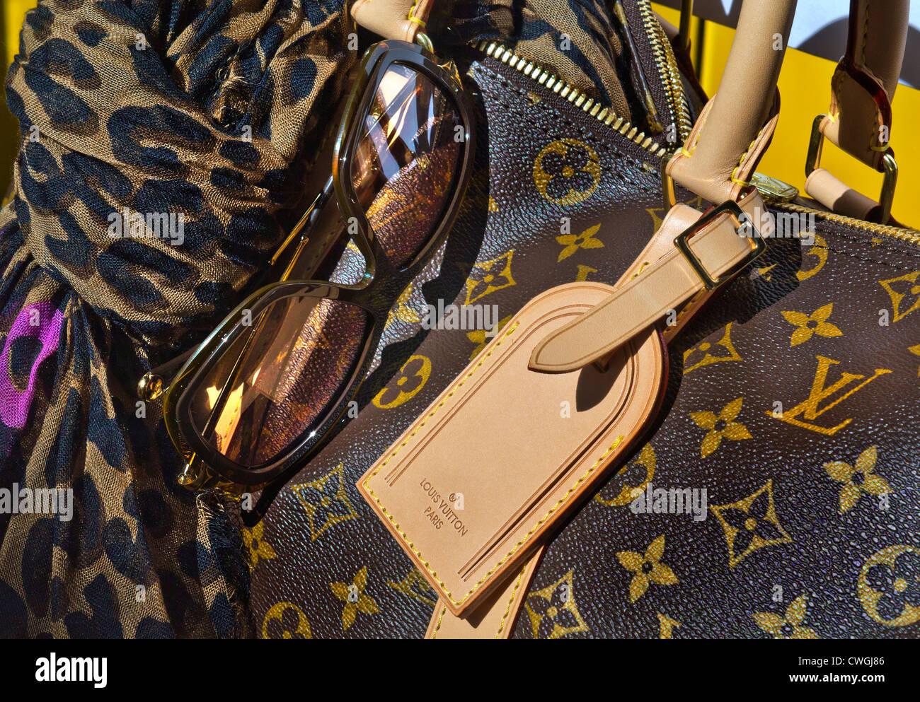 efb11fae04f2 Louis Vuitton sac de voyage de luxe de femme foulard et lunettes ...