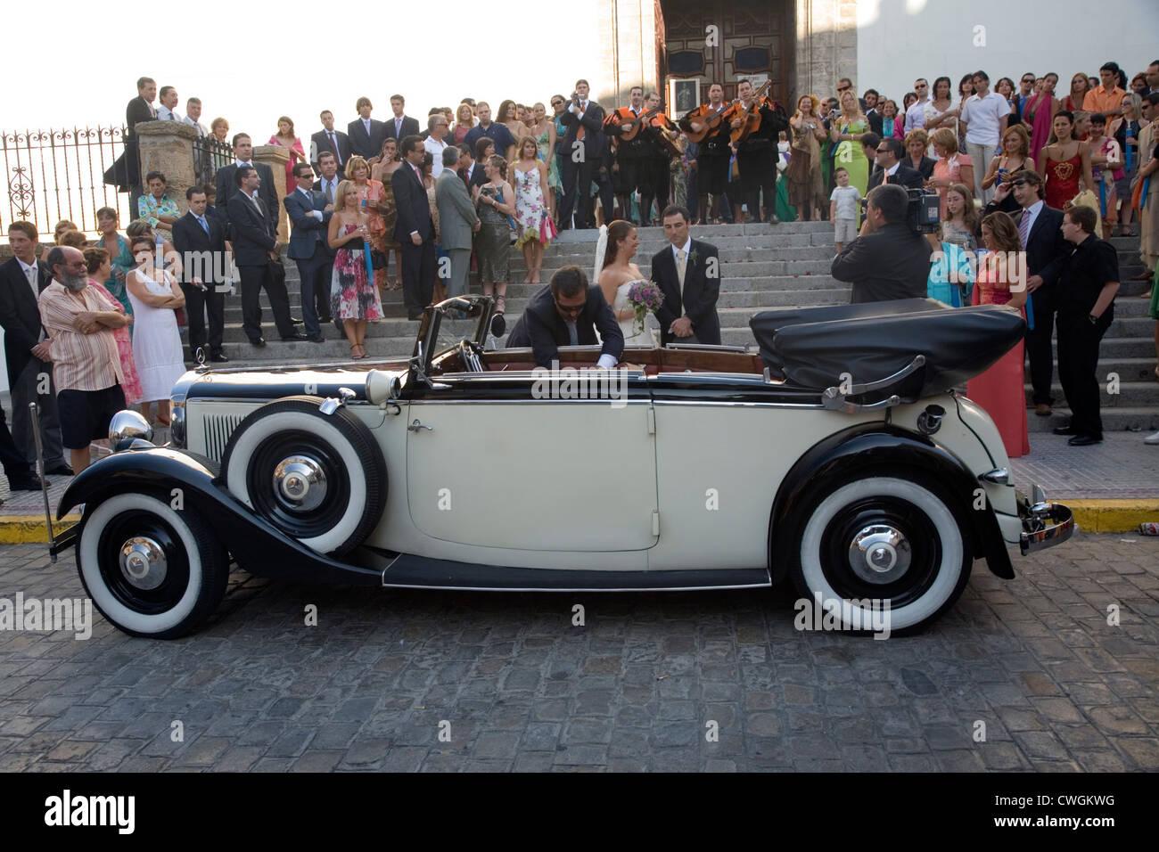 Espagne, Mercedes-timers attendent les mariés à un mariage Espagnol Banque D'Images