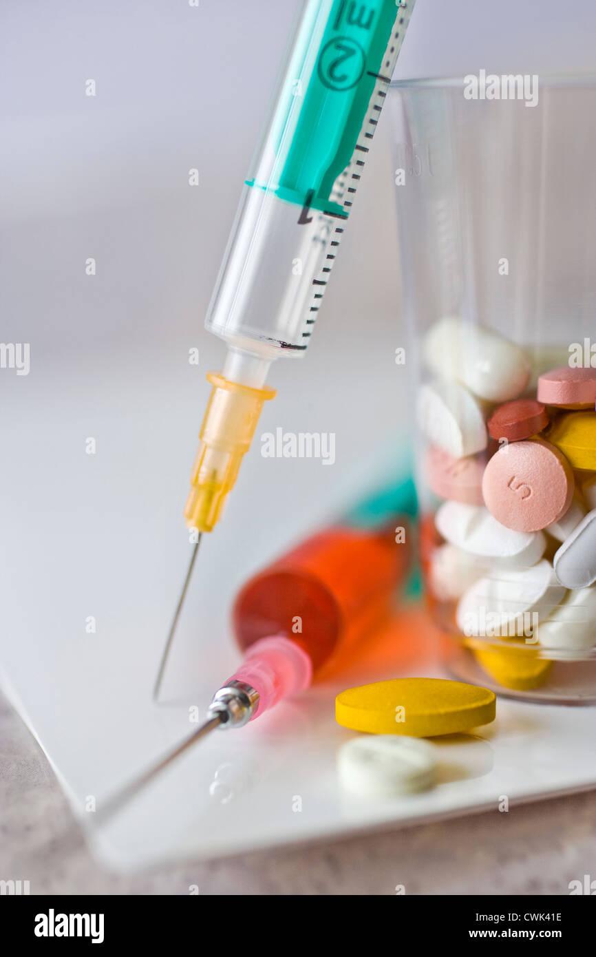 Système de soins de santé - les seringues et les médicaments Photo Stock