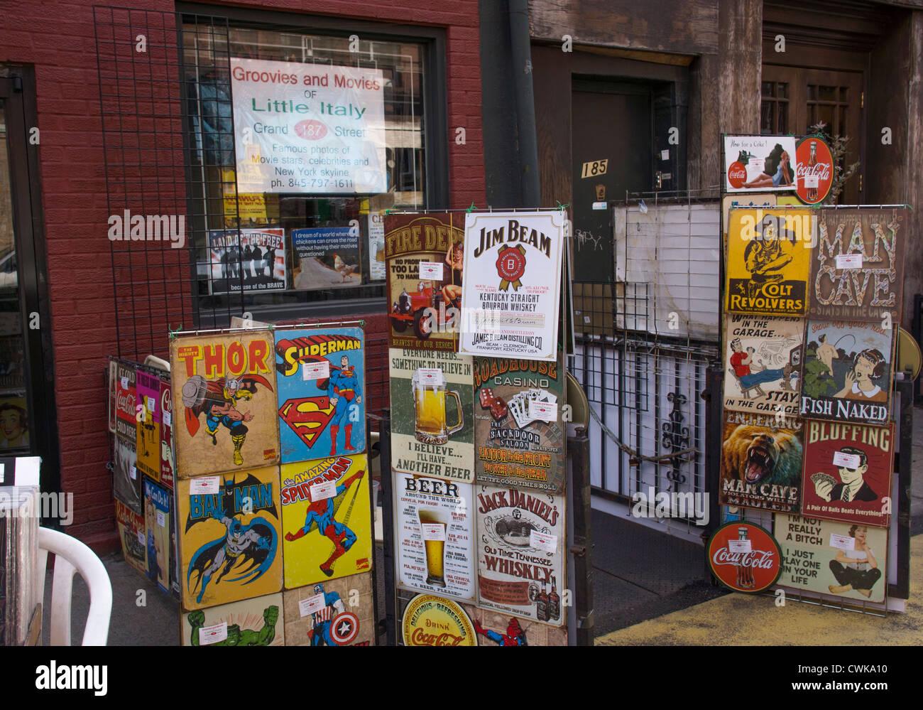 Une boutique qui vend des photos de célébrités et des illustrations de superheros dans la Petite Photo Stock
