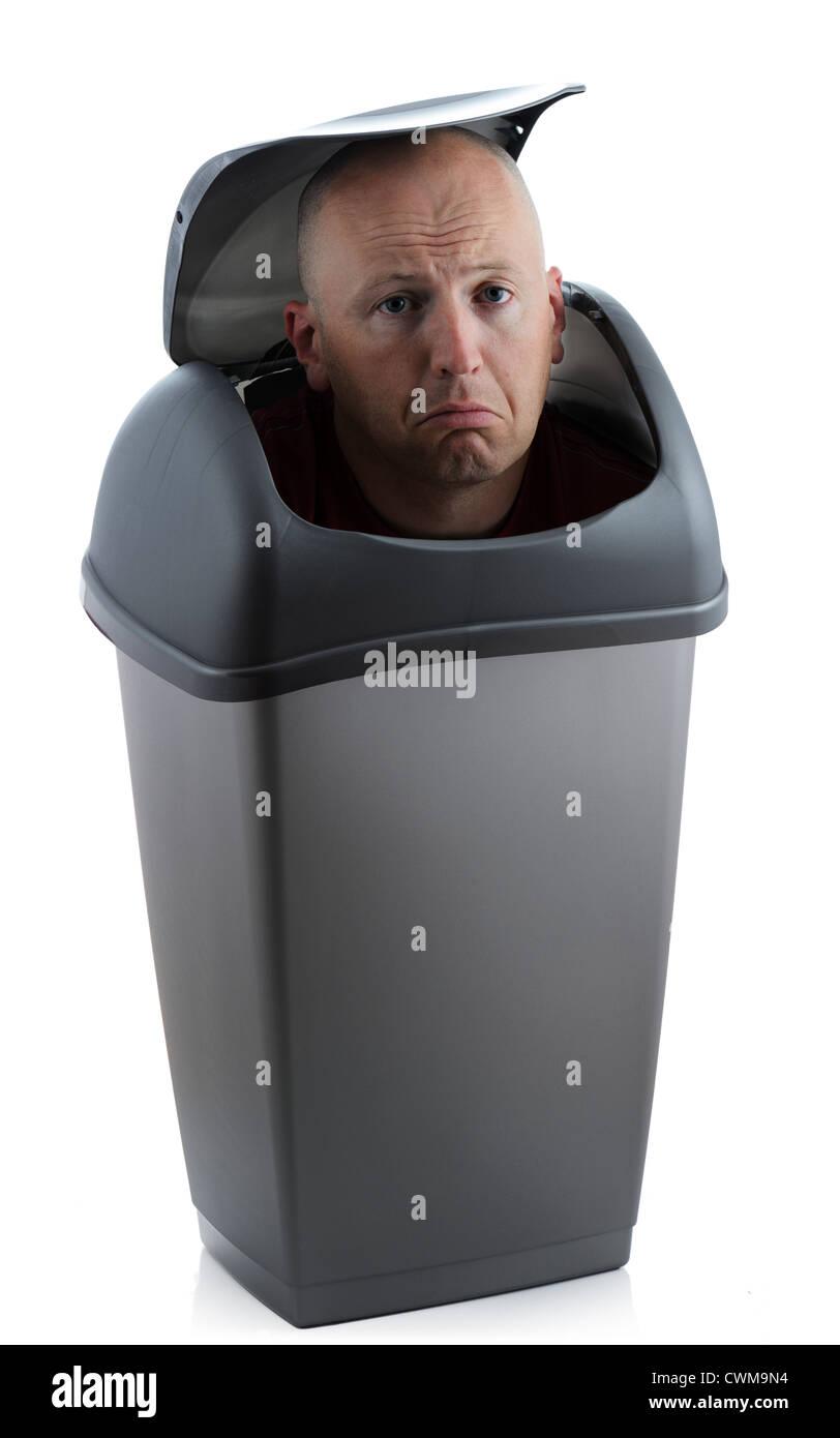 L'homme dans un bac non redondantes nécessaires et triste Photo Stock