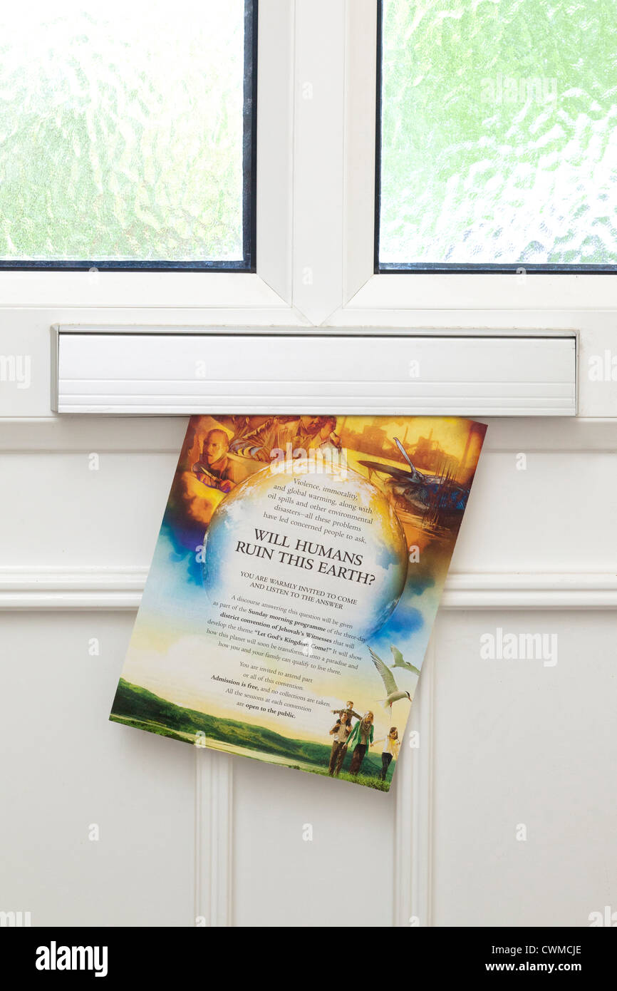 Brochure La Watchtower Témoin de Jéhovah par boîte aux lettres de porte avant Photo Stock
