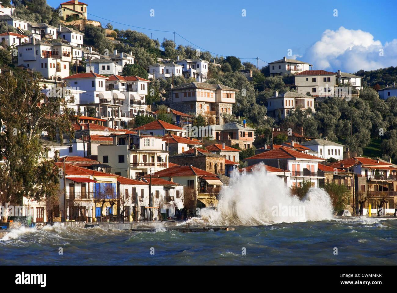 Village d'Afissos au Golfe Pagasitique (Pélion péninsulaire, Thessalie, Grèce) sur un jour de Photo Stock