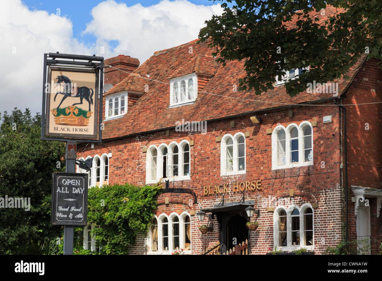 15e siècle Cheval Noir pub réputé pour avoir de fantômes en plus hanté village anglais Photo Stock