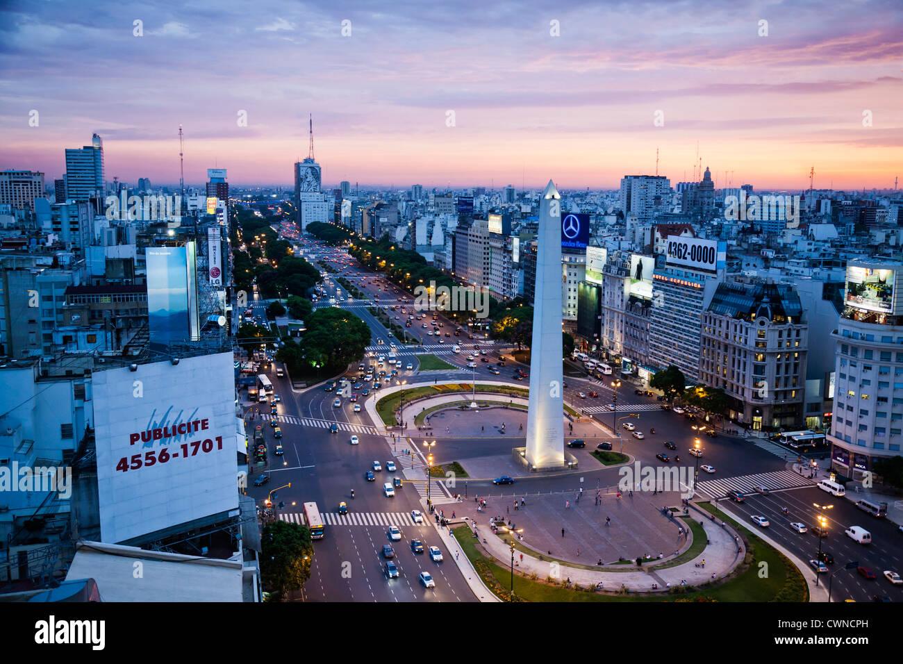 Vue sur l'Avenida 9 de Julio et de l'obélisque à la Plaza Republica, Buenos Aires, Argentine. Photo Stock