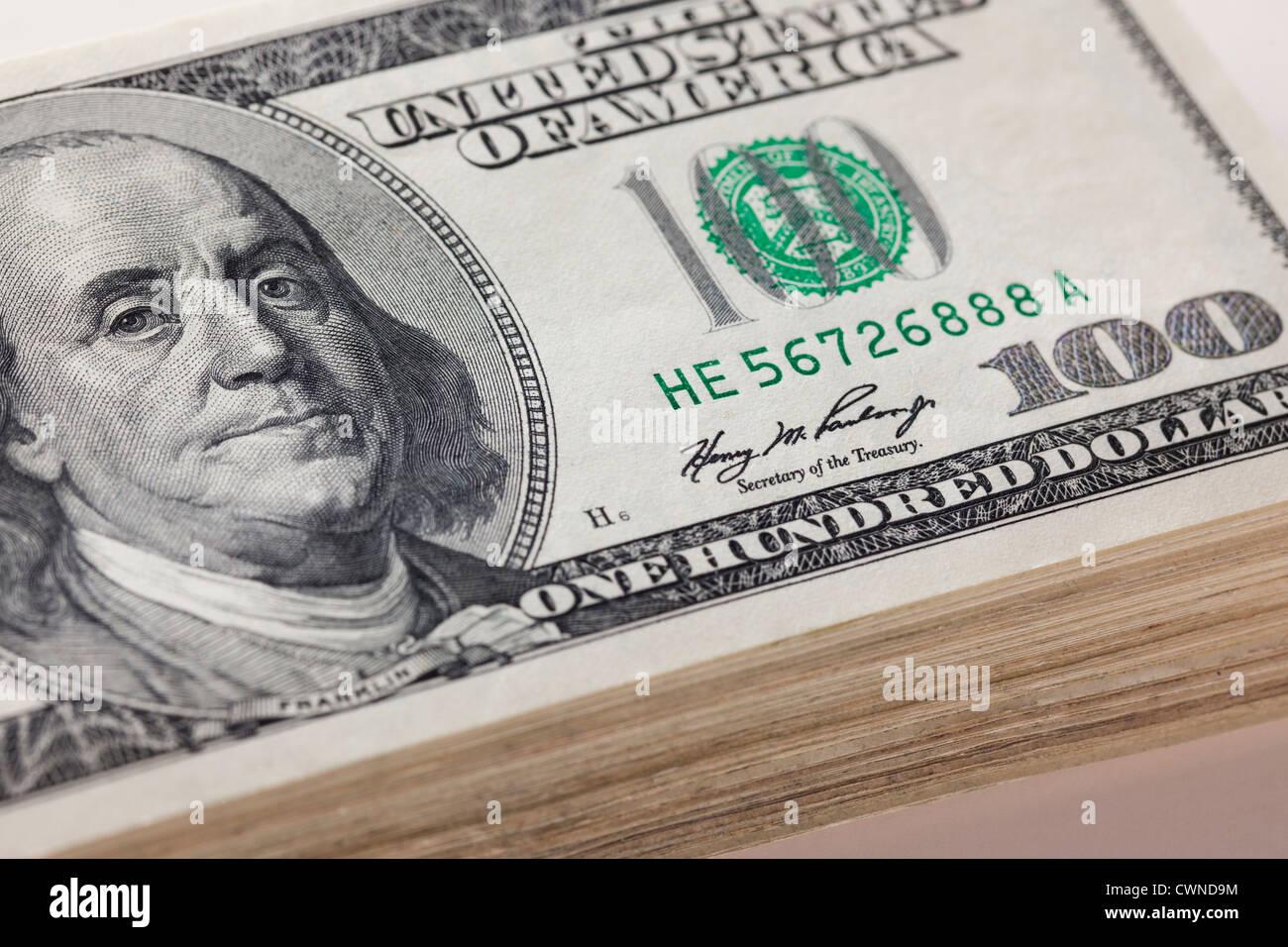 Une pile de one hundred dollar bills Photo Stock