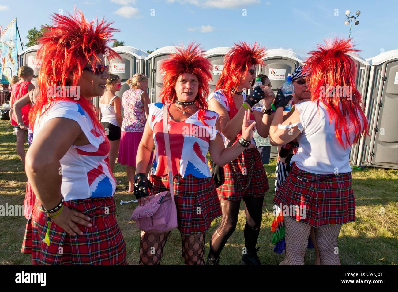 Festivaliers avec perruques rouges au Rewind Henley on Thames Festival 2012. JMH6031 Photo Stock
