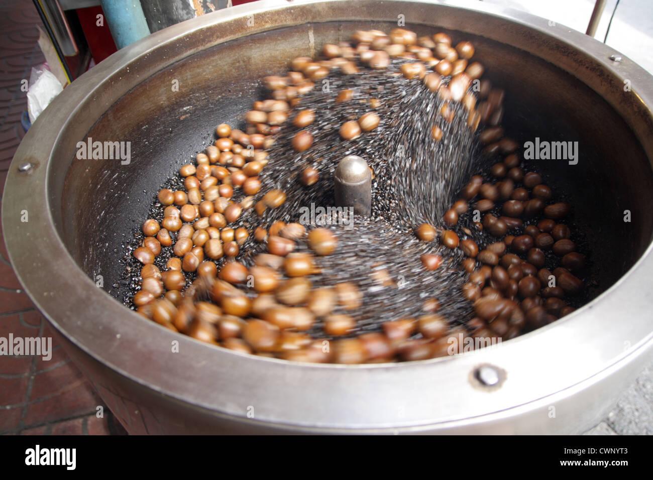 Châtaignes grillées à la vente dans le quartier chinois de Bangkok , Thaïlande Photo Stock