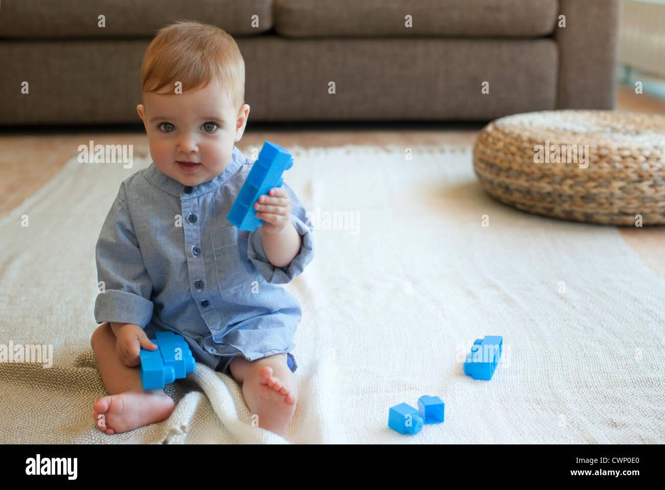 Bébé Garçon jouant avec des blocs de construction Photo Stock