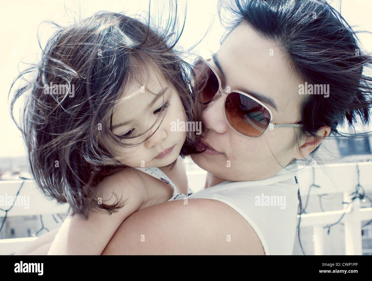 Mère réconfortant petite fille à l'extérieur Photo Stock