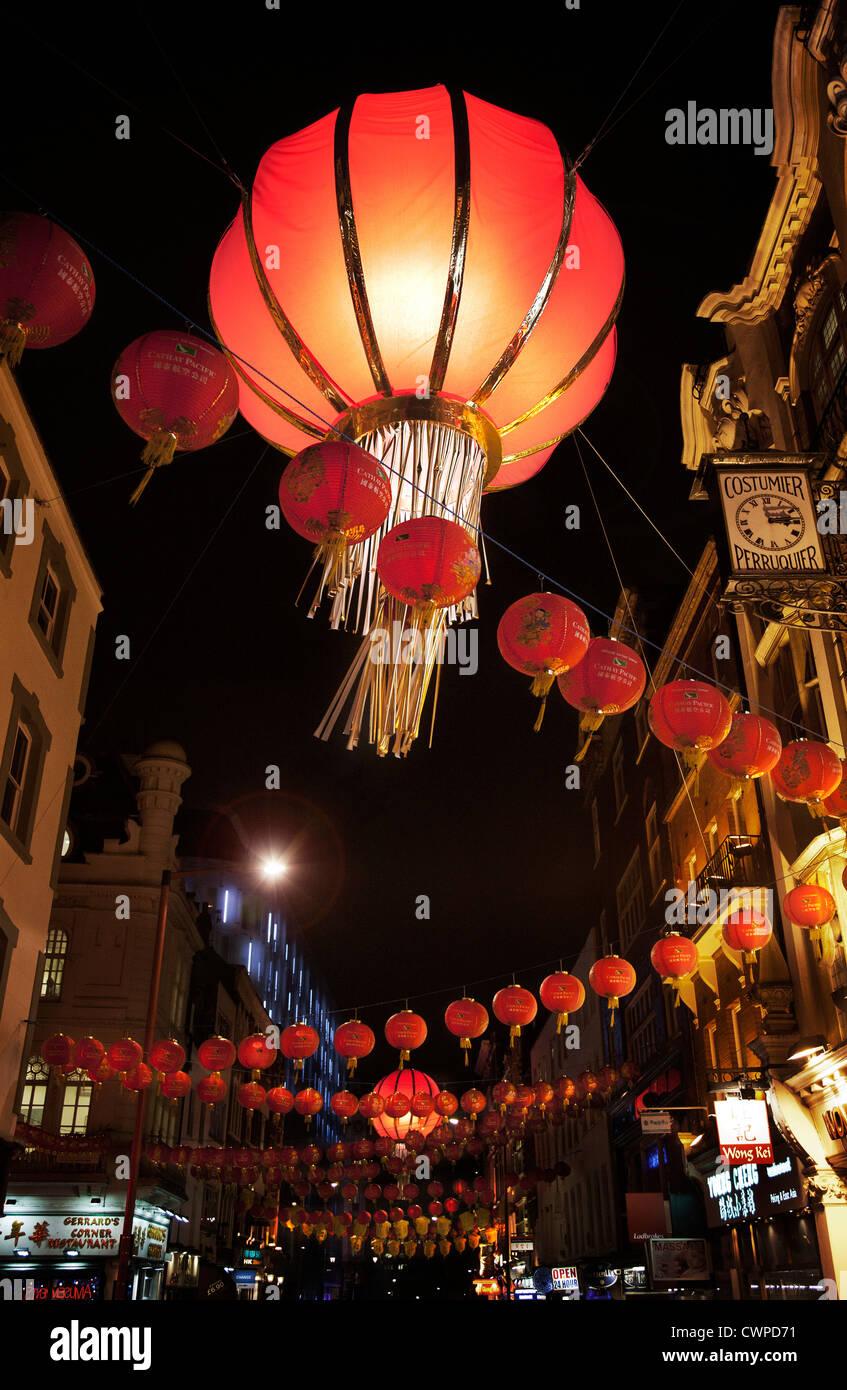 UK. L'Angleterre. Londres. Lanternes suspendues dans la nuit scène de rue. Chinatown pendant les célébrations Photo Stock
