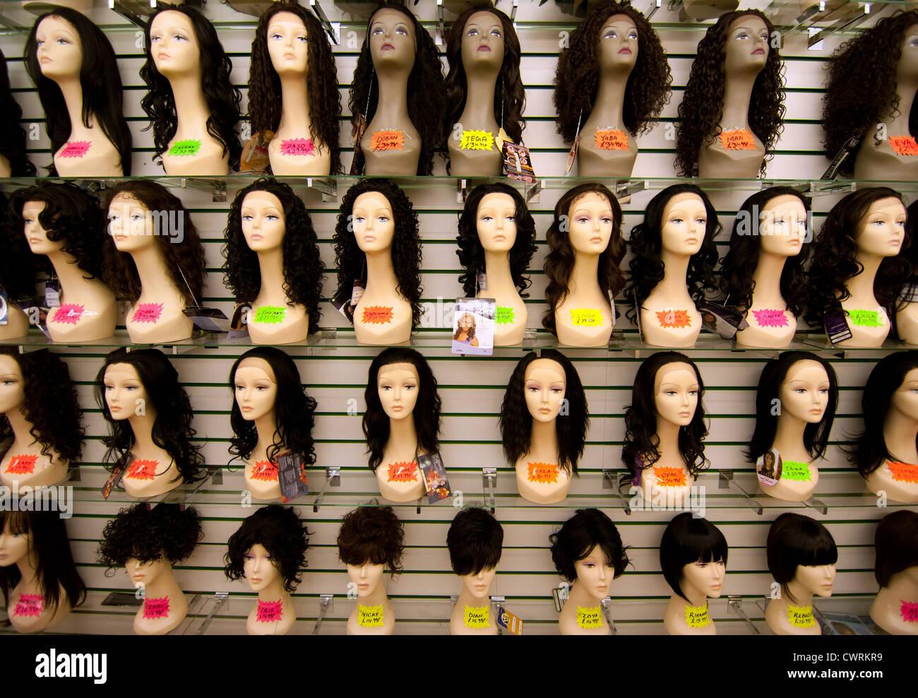 Un affichage de perruques d'une boutique dans le Queens Upton Park marché Londres e13 Photo Stock