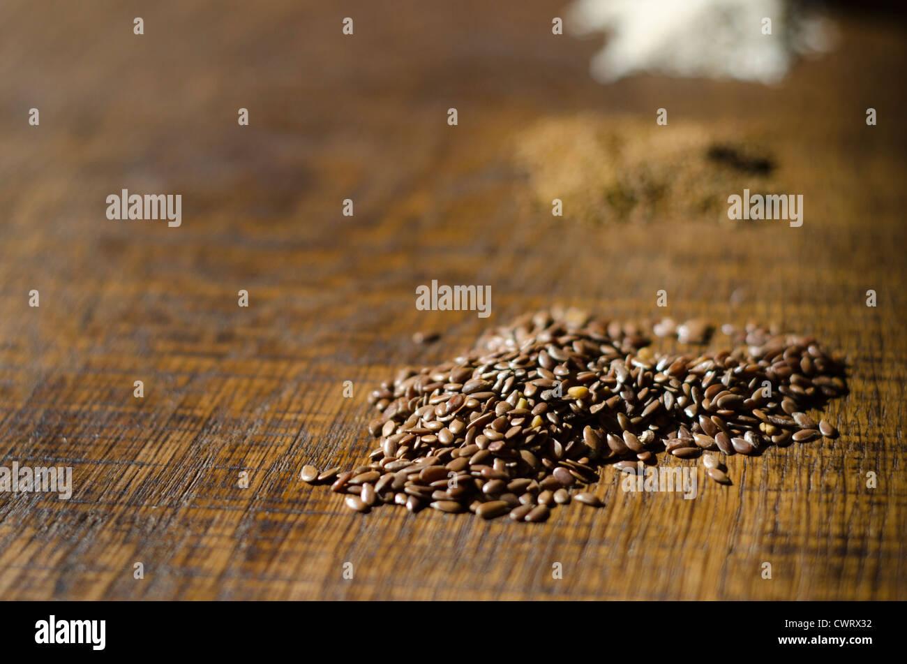 Close-up de graines de lin sur une surface en bois de chêne Photo Stock