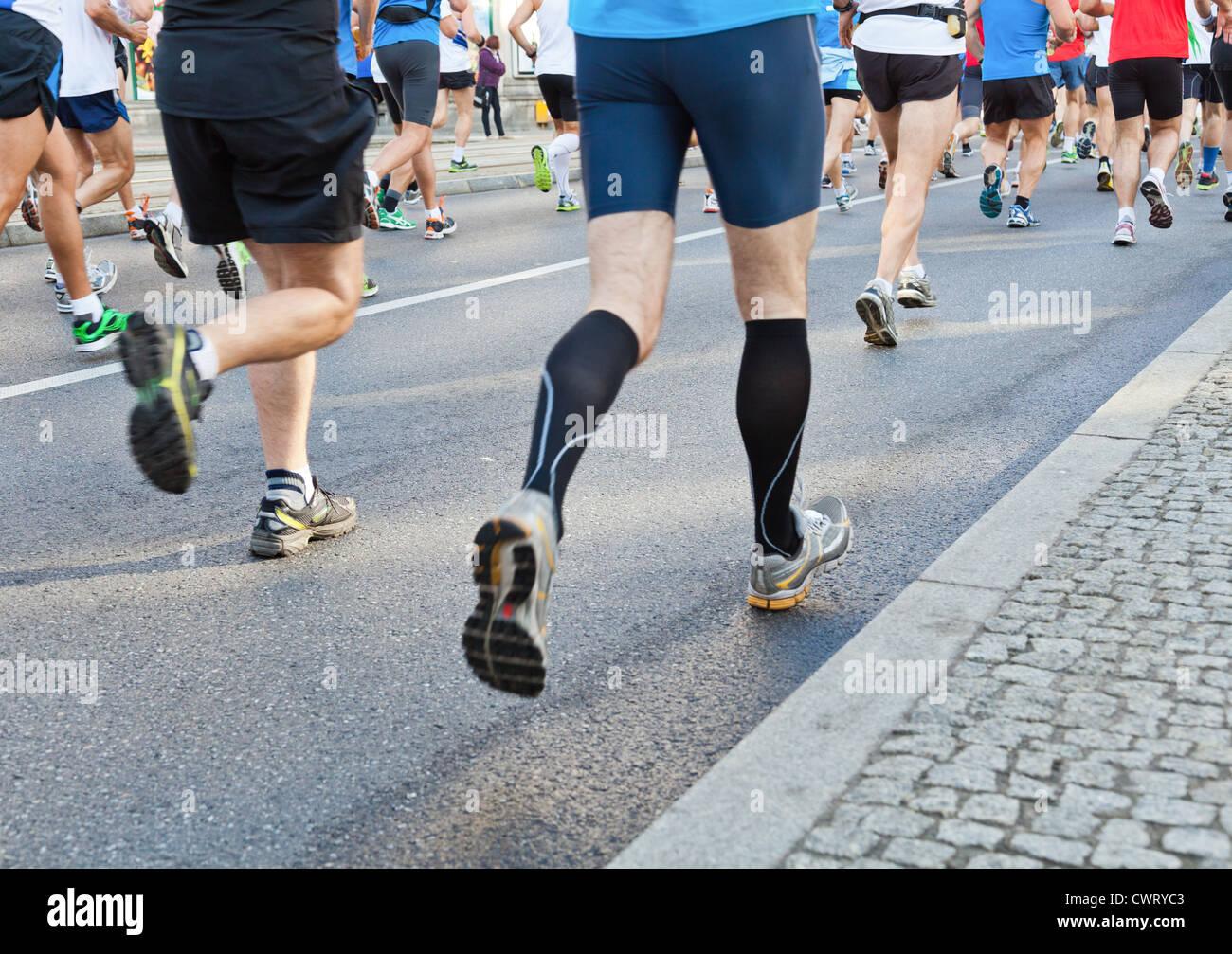Les gens courir vite dans une ville marathon sur street Photo Stock