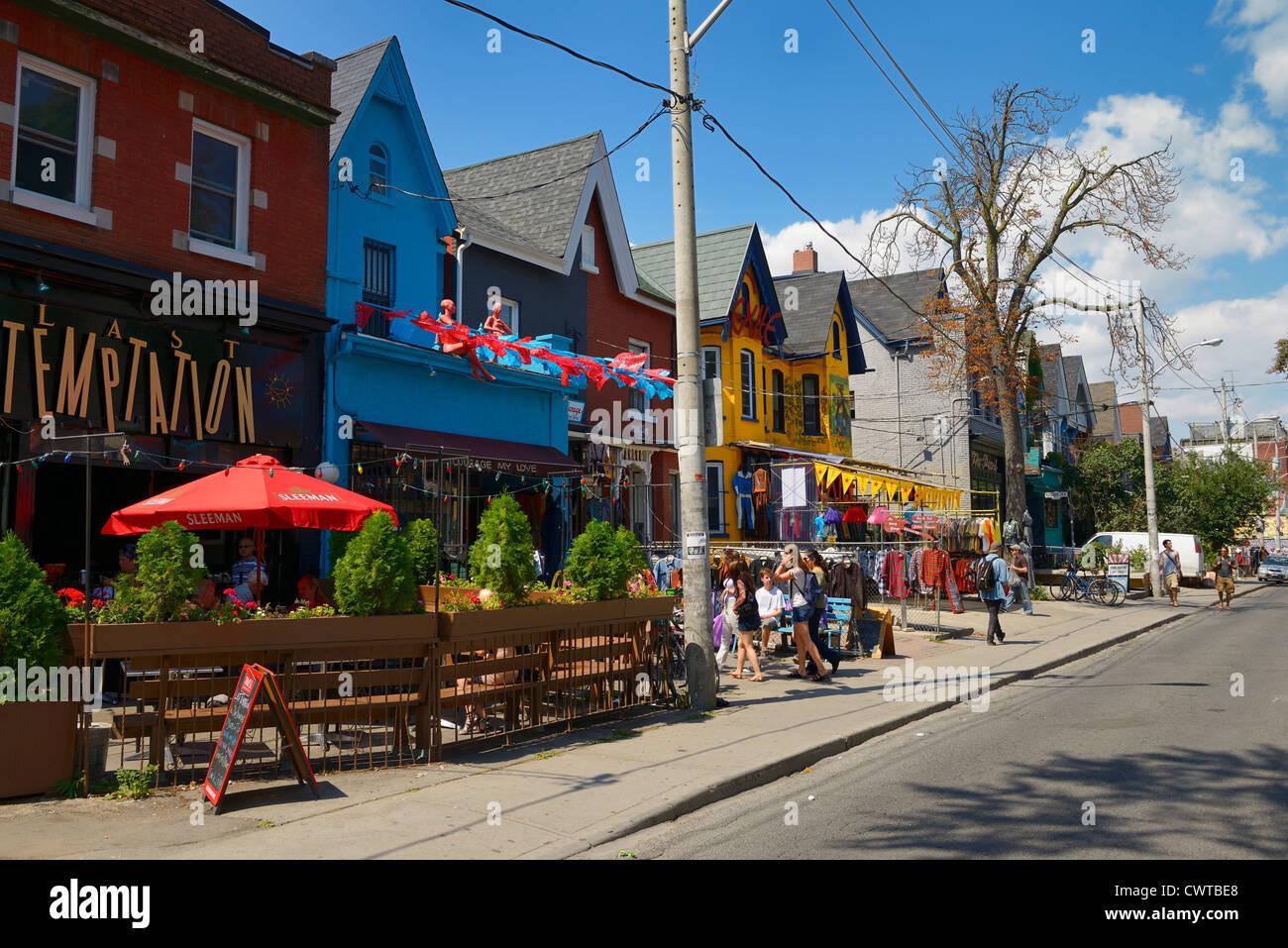 Boutiques colorées et les bâtiments de l'avenue Kensington Market à Toronto en été Photo Stock