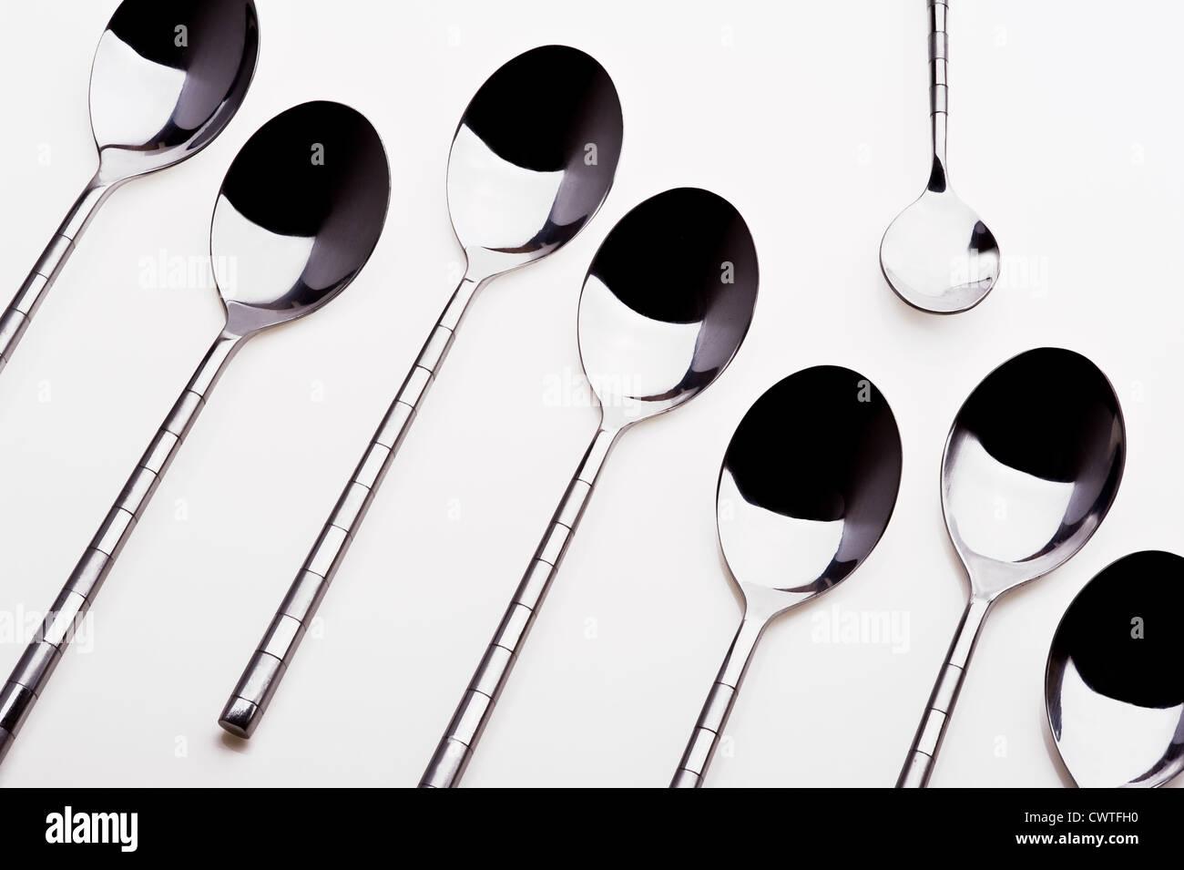 Groupe des cuillères à dessert avec une cuillère à café seul). Photo Stock