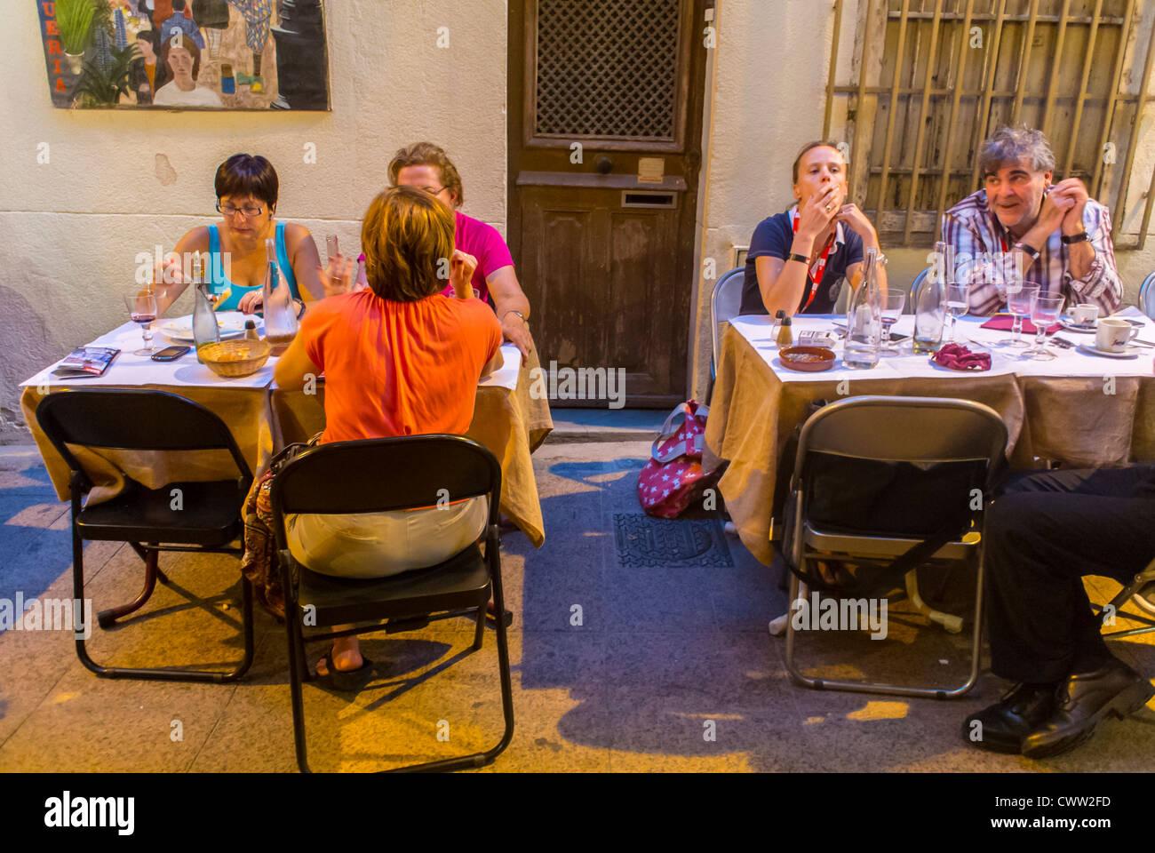 Perpignan, France, Personnes, partager un verre au bar Bistrot Café, Restaurant, Terrasse Photo Stock