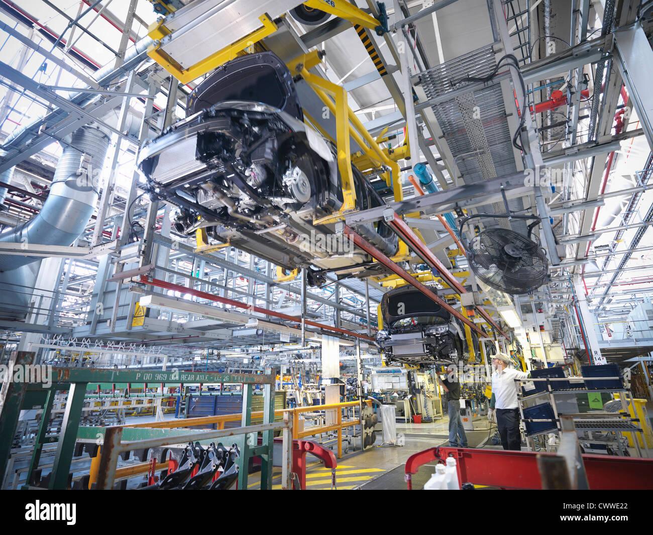 Les travailleurs sur la ligne de production en voiture de l'usine de voiture Photo Stock