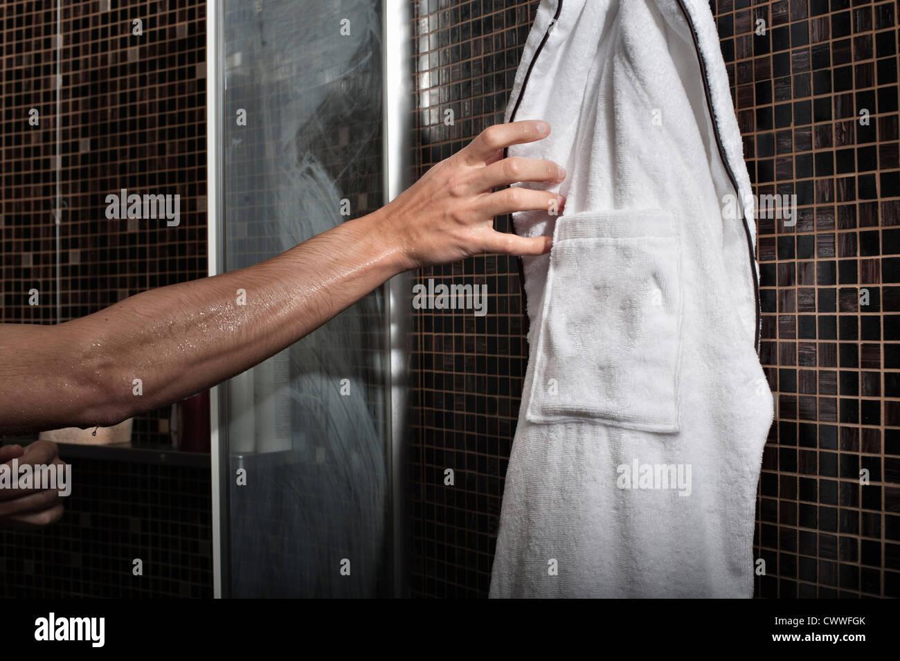 Pour atteindre l'homme peignoir de douche Photo Stock