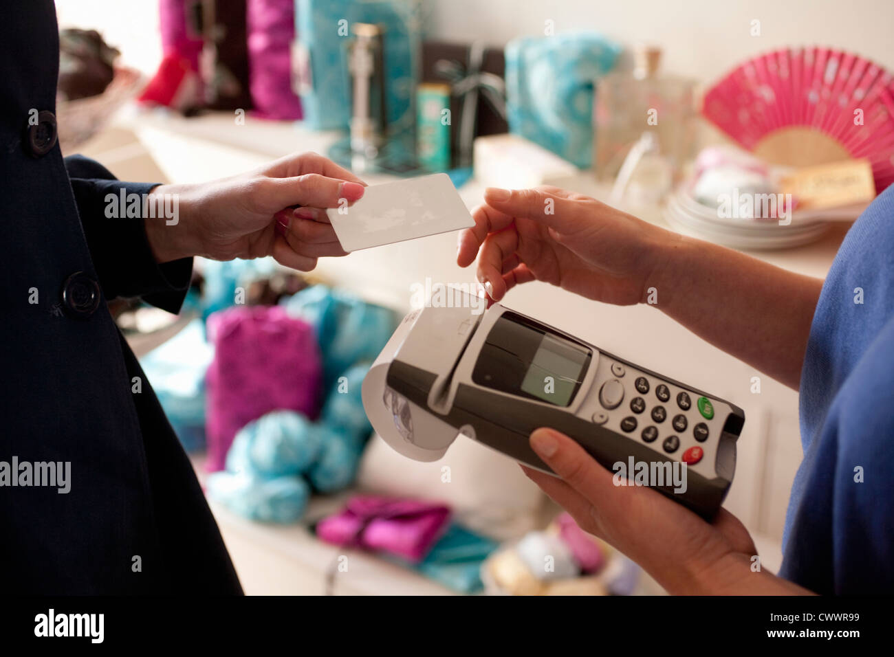 Femme de payer par carte de crédit en magasin Photo Stock