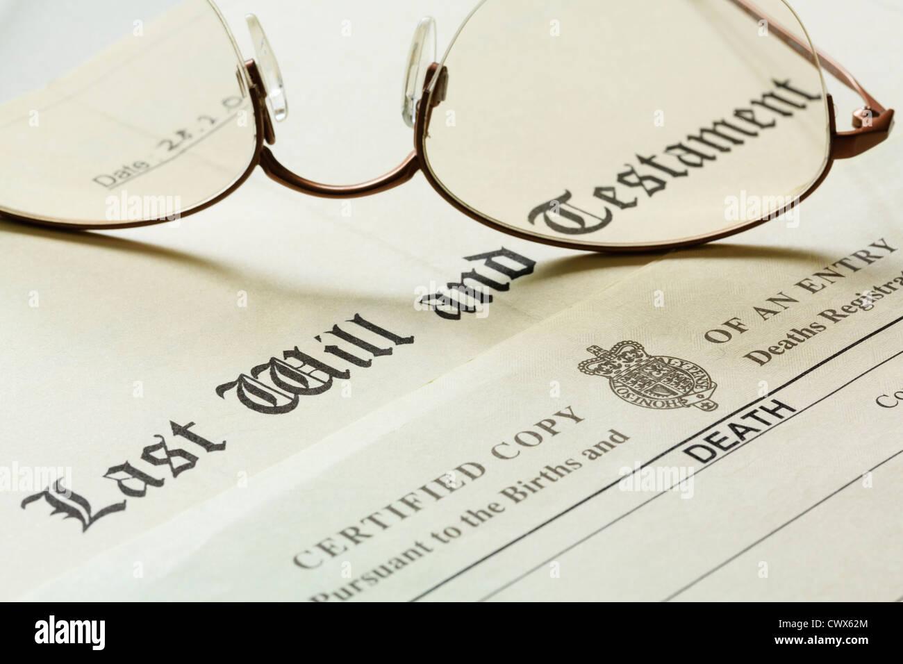Testament document avec un certificat de décès et une paire de rose lunettes cerclées de métal. Photo Stock