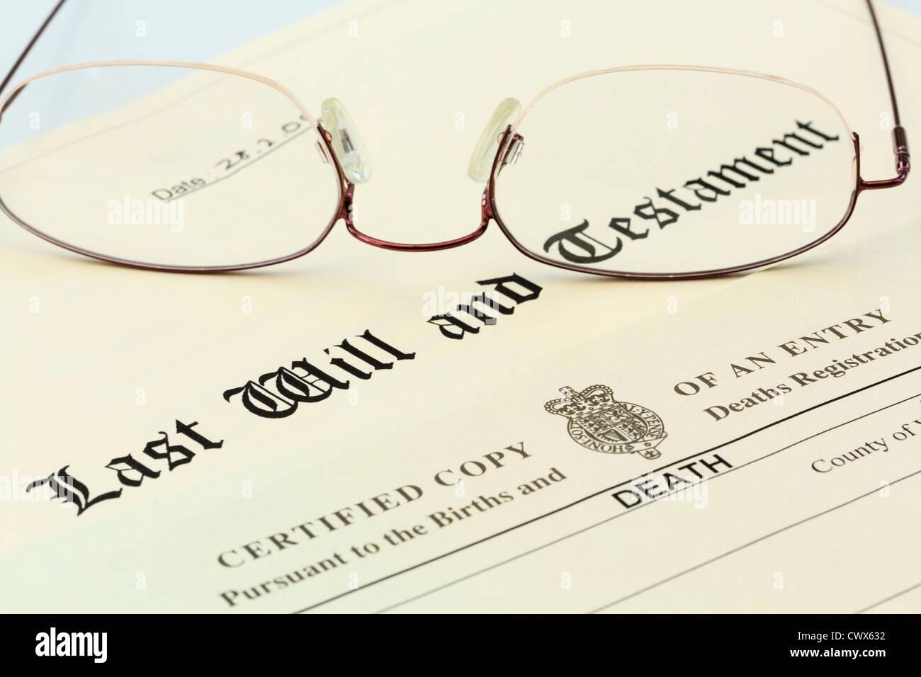 Testament document avec un certificat de décès et une paire de lunettes cerclées de métal Photo Stock
