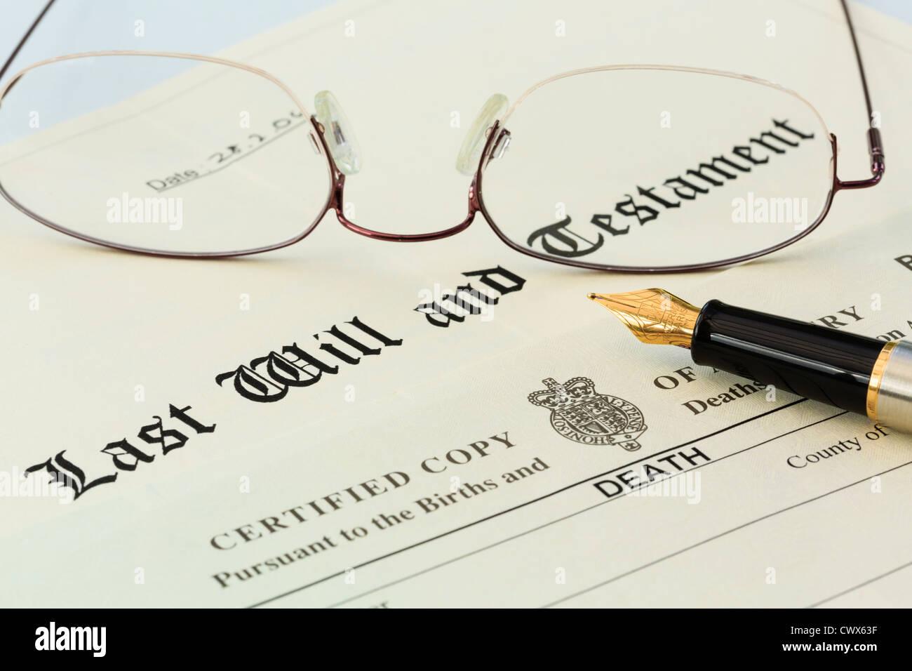 Testament document officiel avec un certificat de décès, une paire de lunettes cerclées de métal Photo Stock