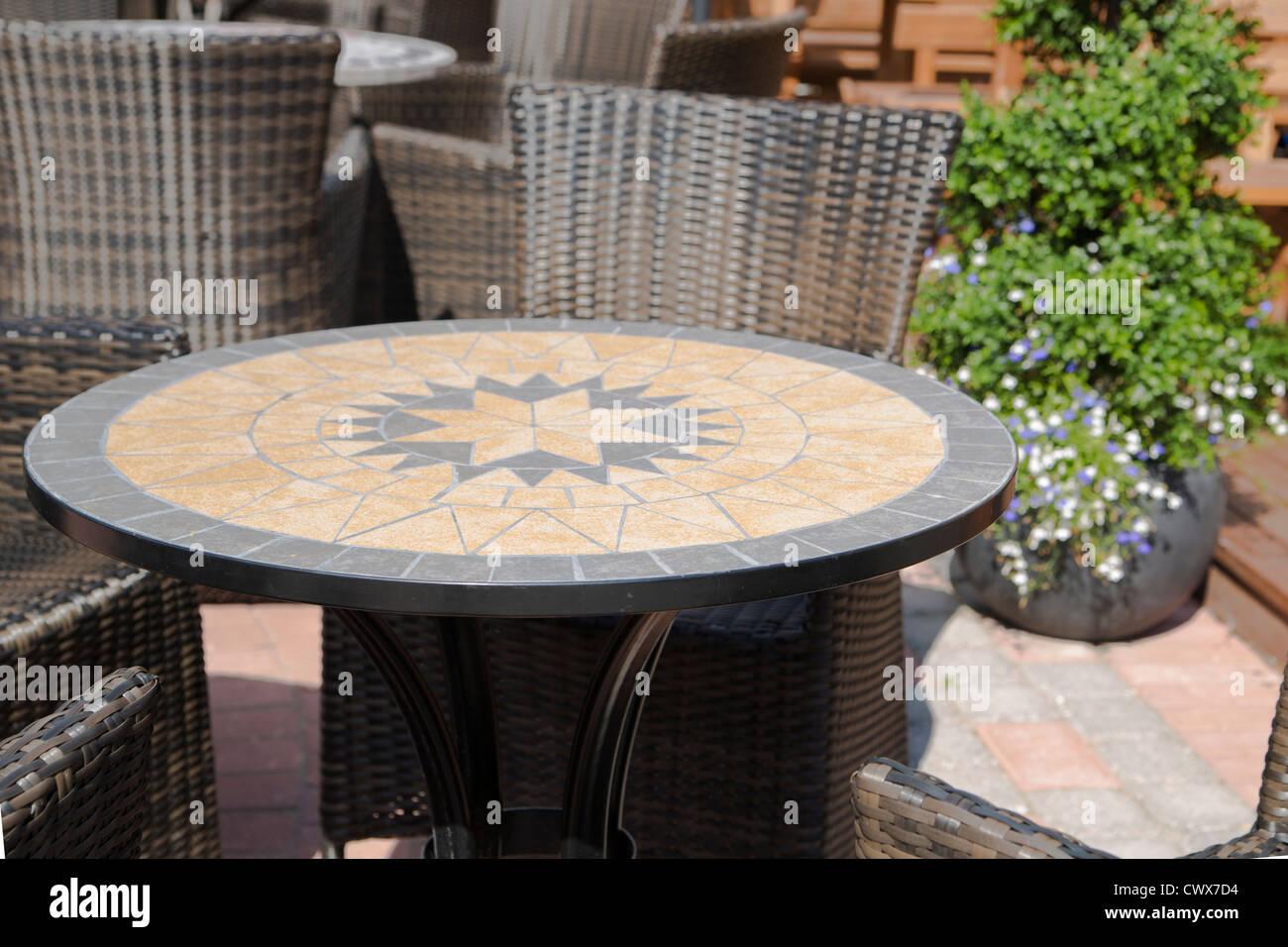 Rond et décoré avec illustration intéressante labyrinthe table Photo Stock