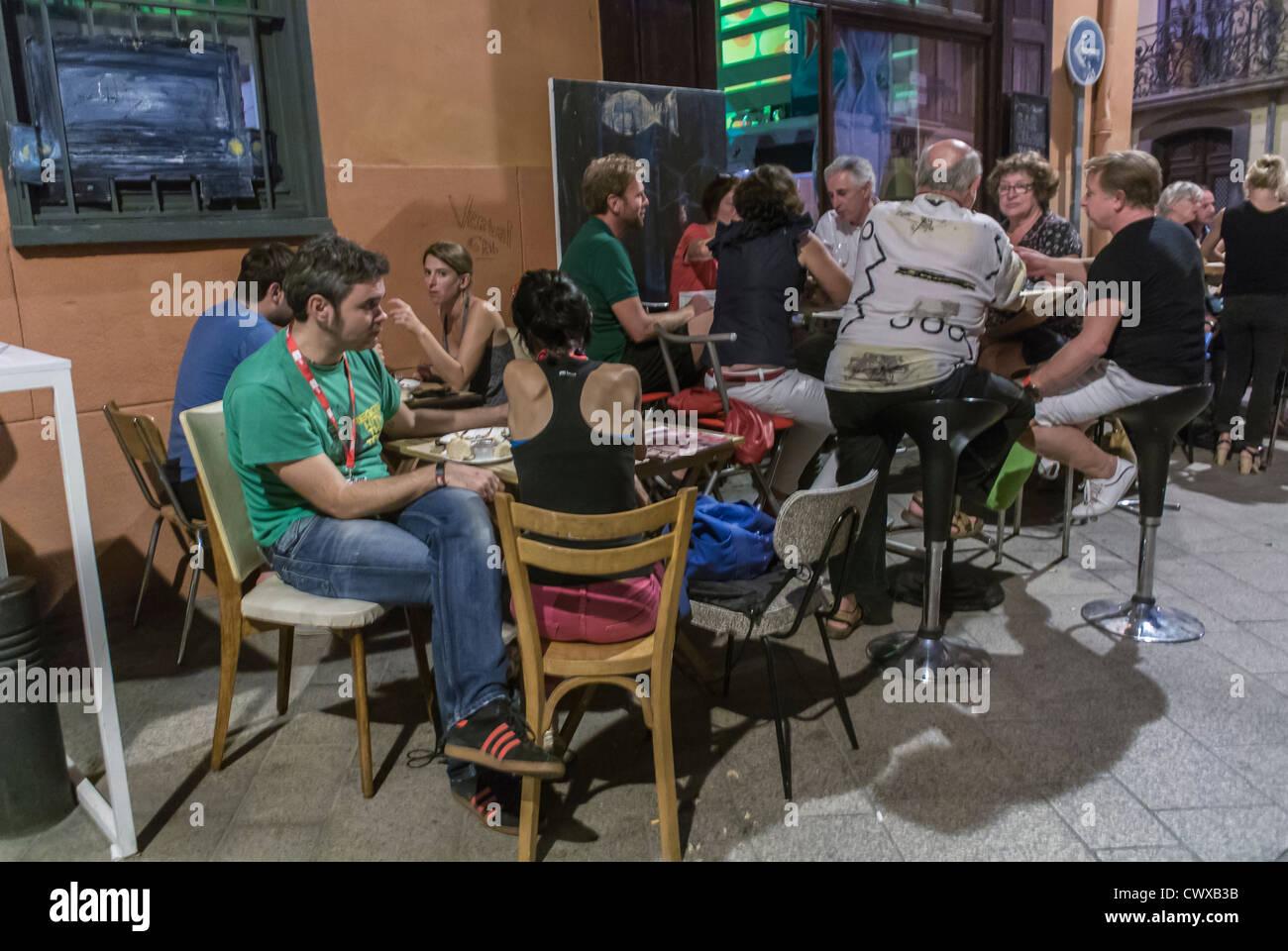 Perpignan, France, Personnes, partager un verre au Bistro Français, Café, restaurant Photo Stock
