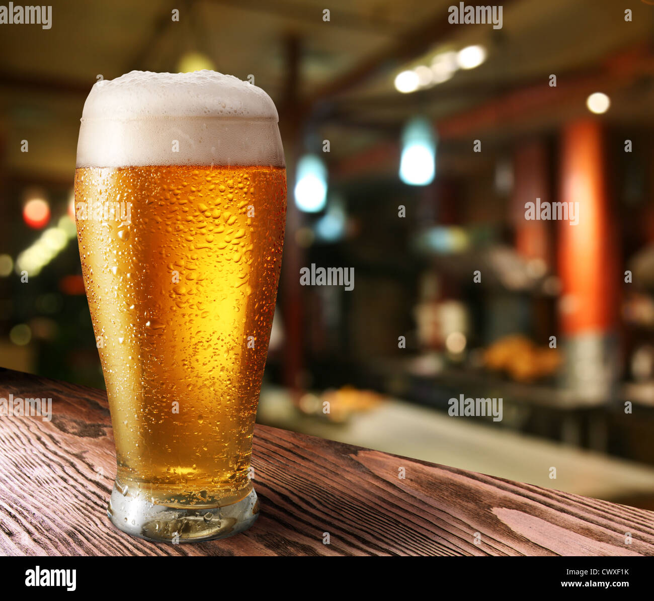 Verre de bière légère sur une pub. Photo Stock