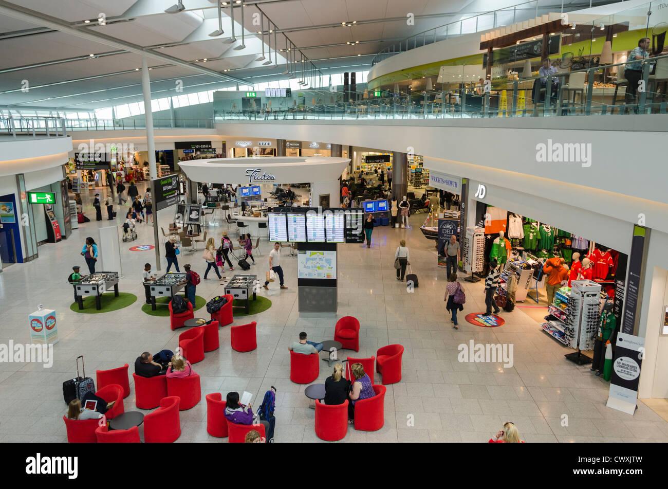 Salon de l'aéroport, zone des départs du Terminal 2, Aéroport de Dublin, Irlande Photo Stock
