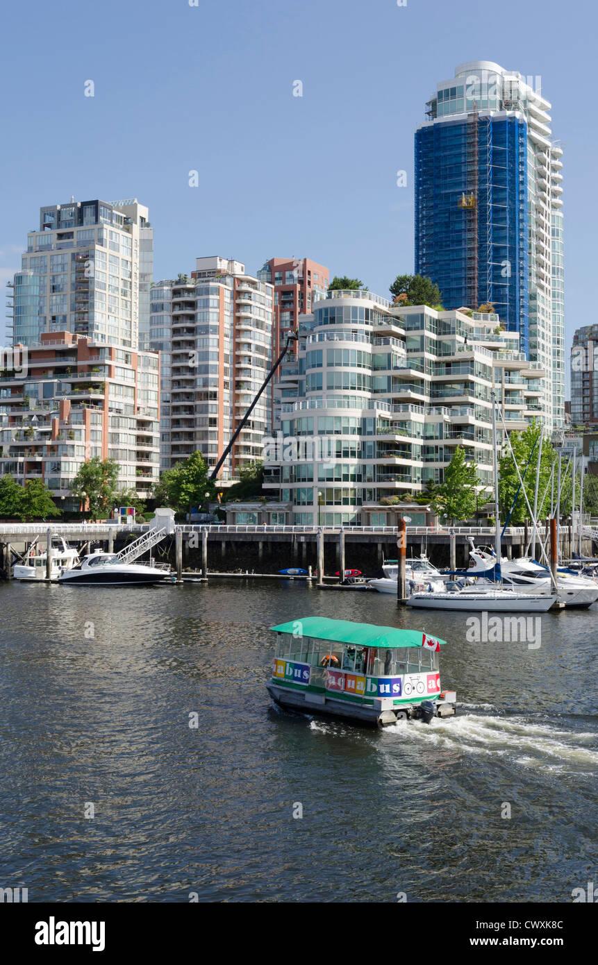 Vue de l'île Granville à la recherche en direction du centre-ville de Vancouver, Canada Photo Stock