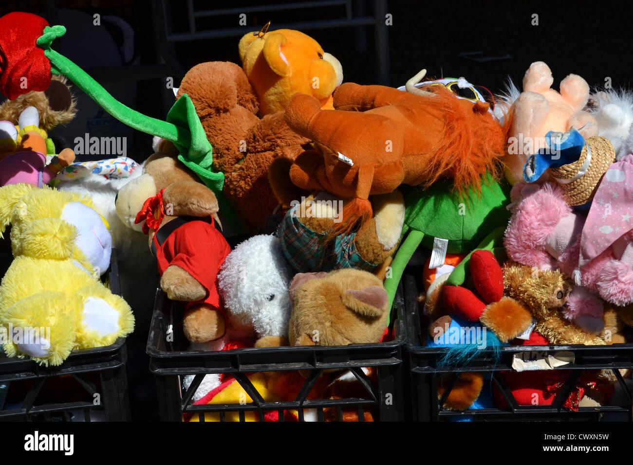 Les caisses pleines de peluches et jouets en peluche au marché aux puces Photo Stock