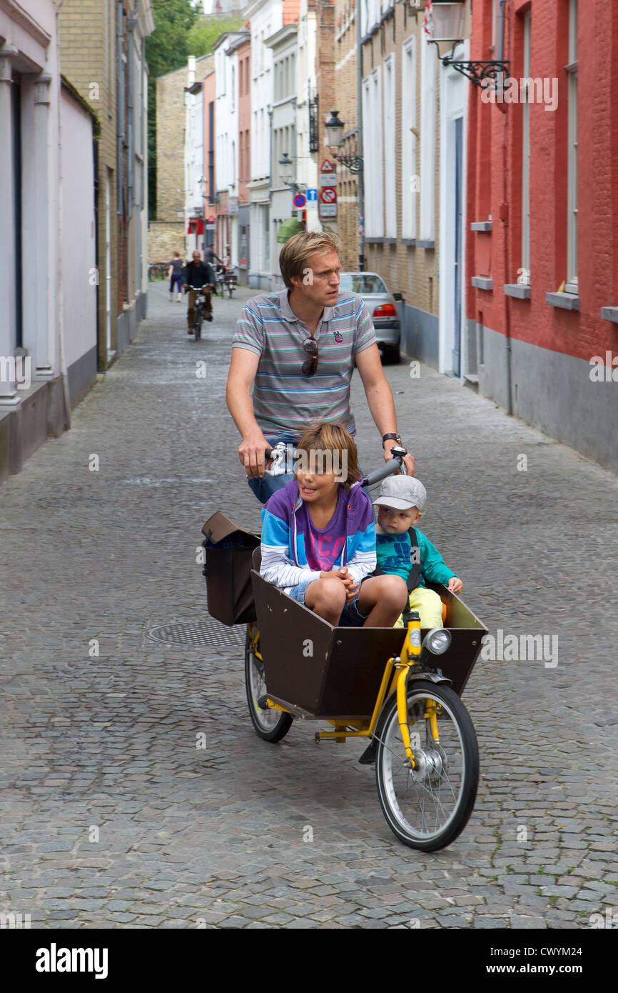 Voyage en famille location vélo fille père fils Photo Stock