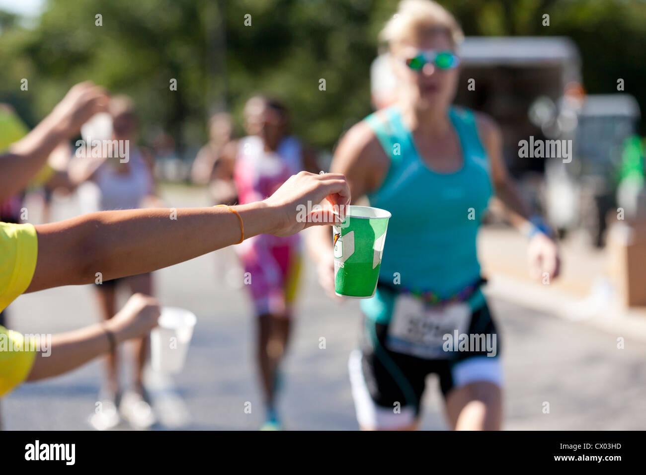 Pour offrir de l'eau bénévolat Marathon runners - USA Photo Stock