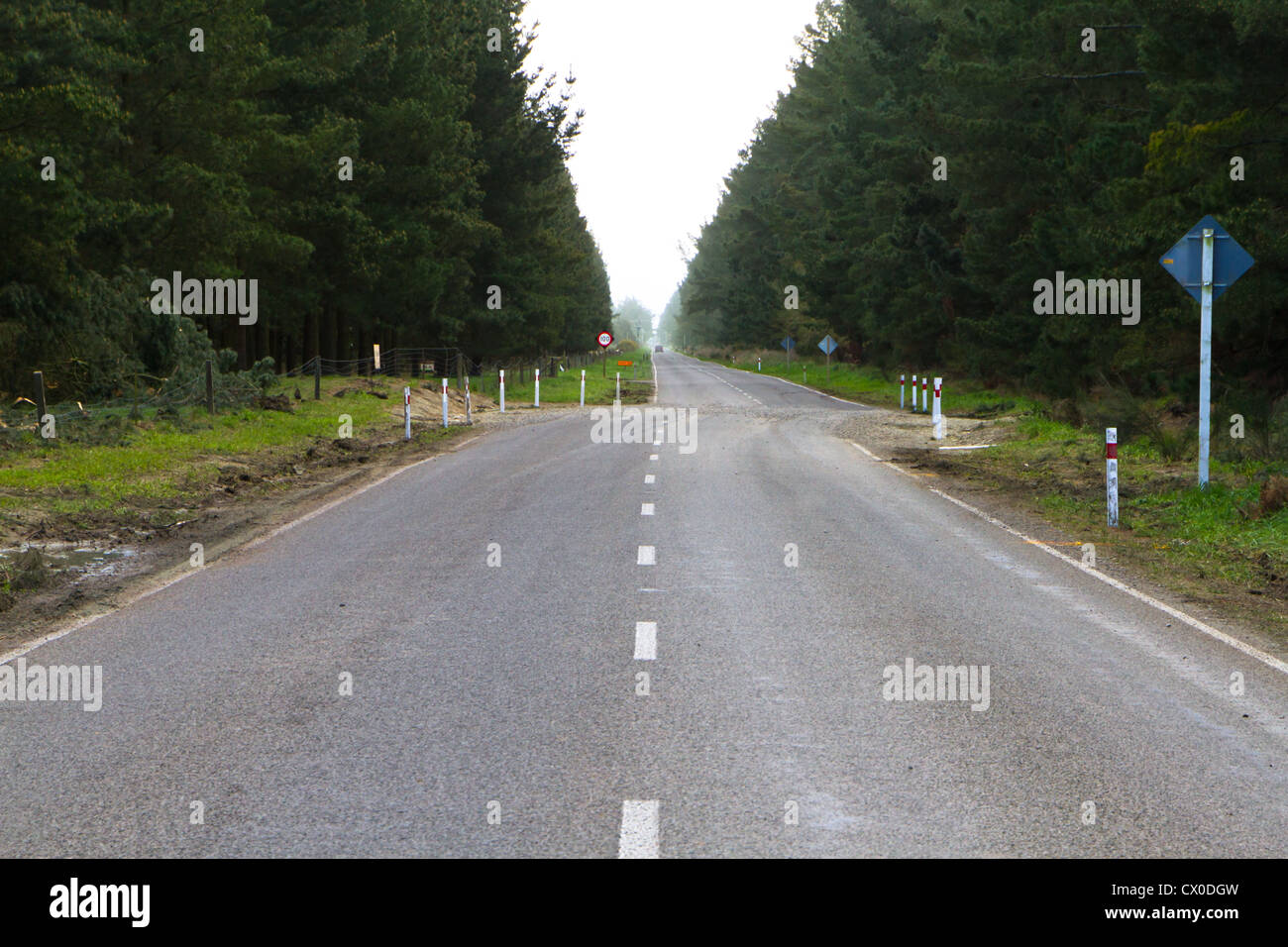 Ligne de faille sismique traverse une route principale: le déplacement latéral est d'environ Photo Stock