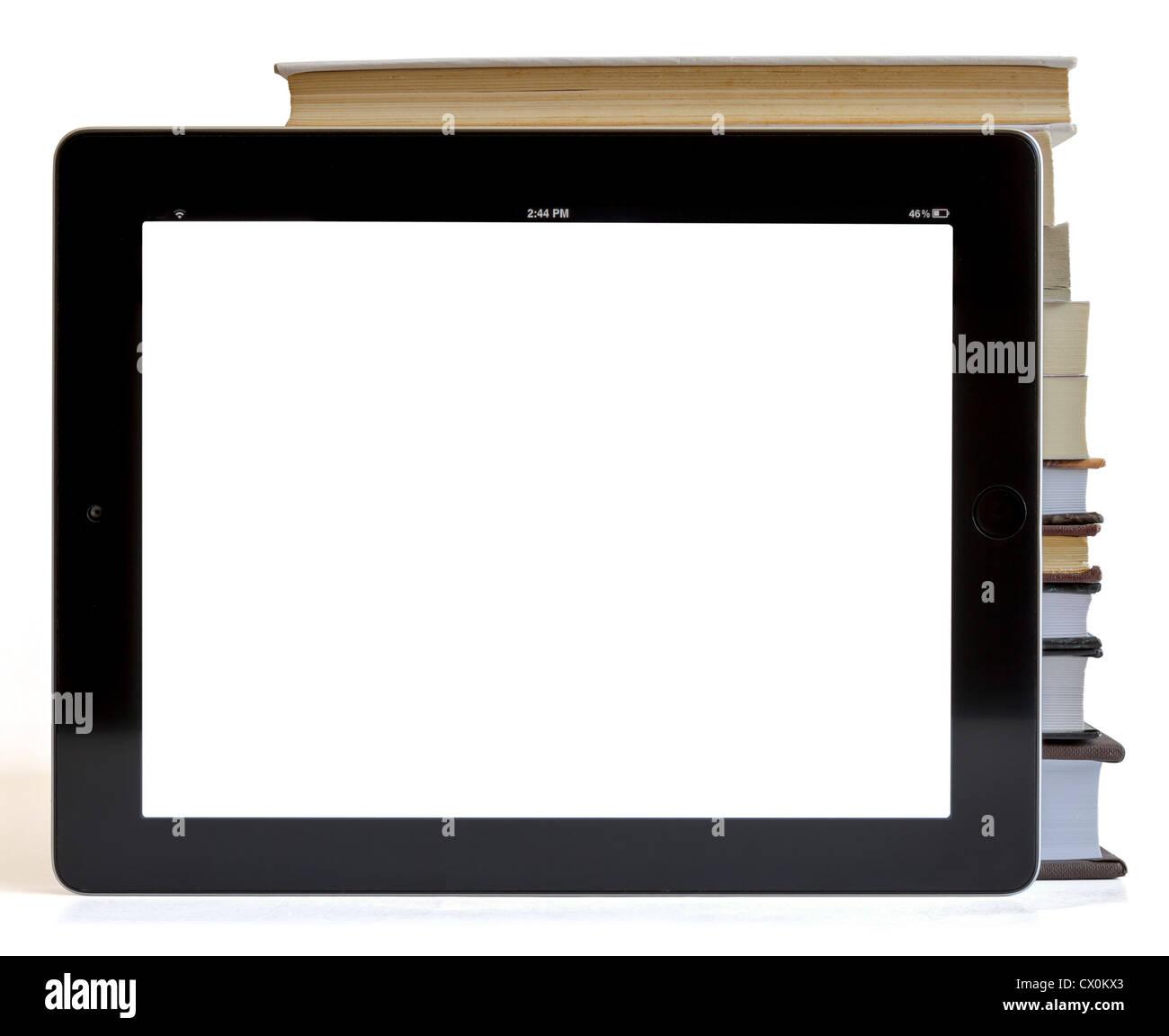 Des livres et de l'iPad comme ordinateur tablette isolé sur blanc, concept de bibliothèque numérique, Photo Stock